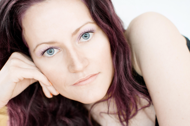 Fotoğraf Kız Kadın Portre Model Kapalı Dudak Gülümseme Kaş