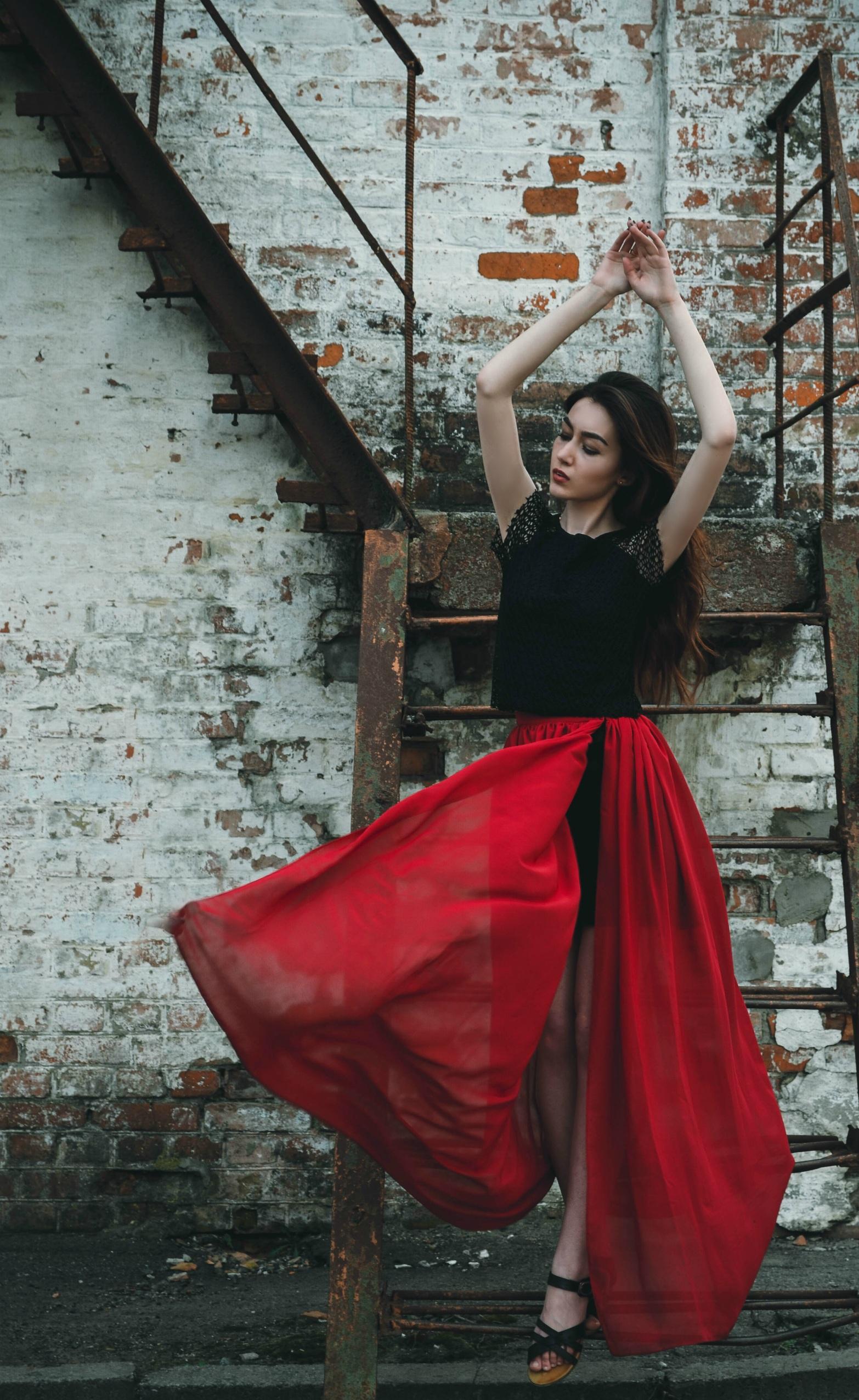 Mujer bonita vestido negro