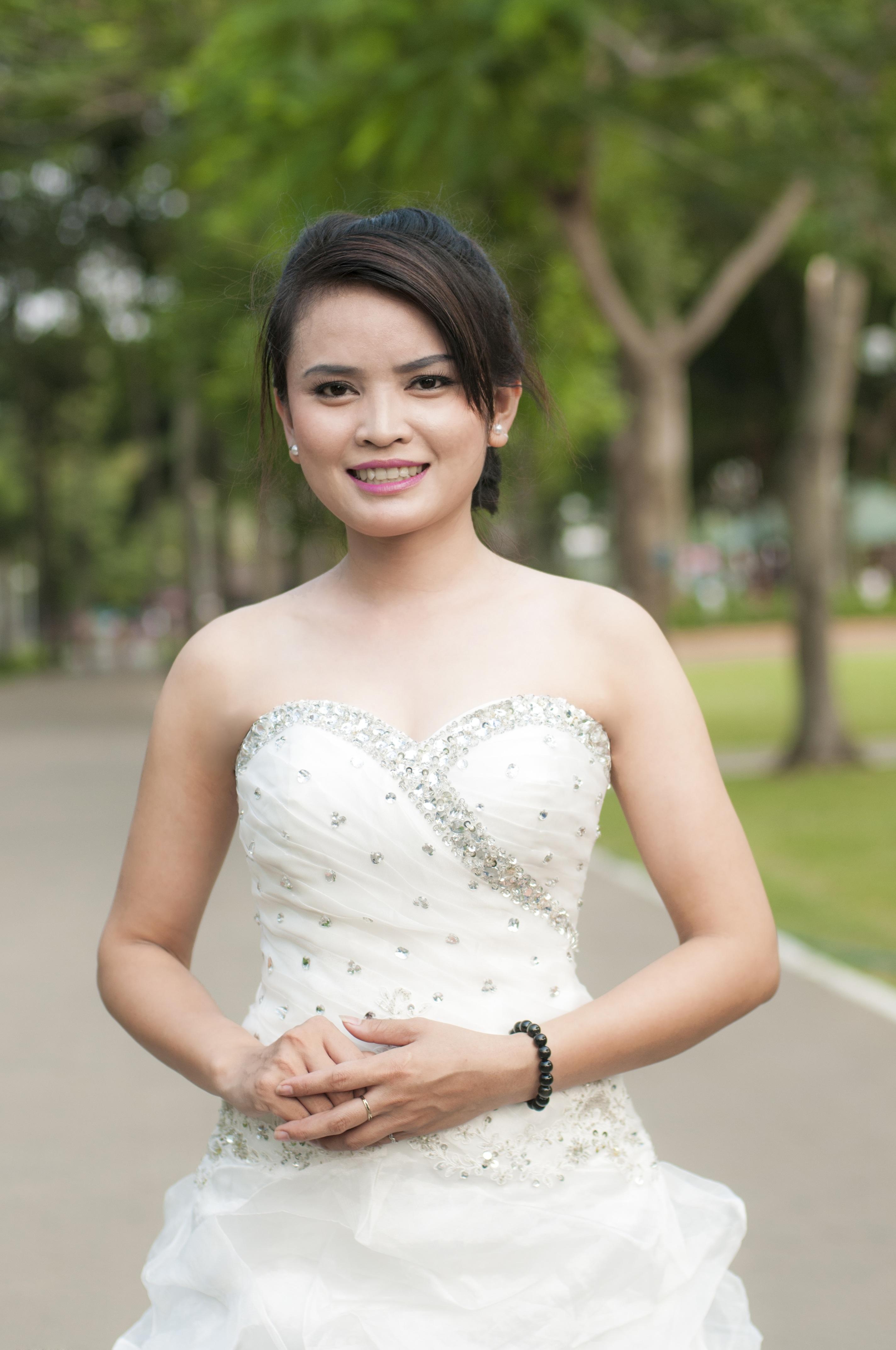 gadis wanita putih bunga model muda pakaian pernikahan gaun pengantin pengantin kemeja tertawa baju putih cerah
