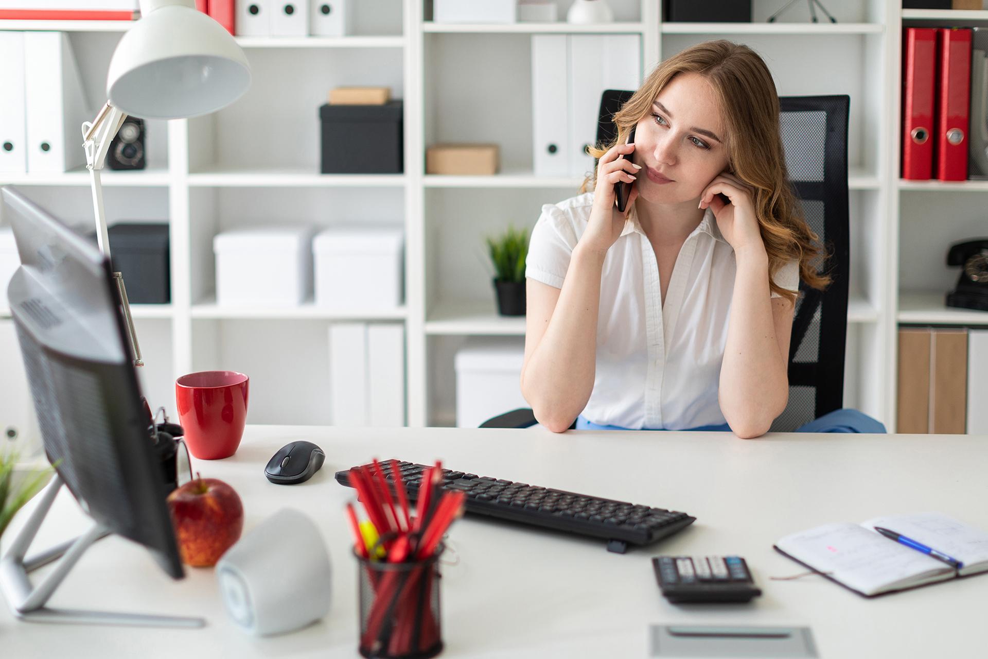 девушка работа в офисе