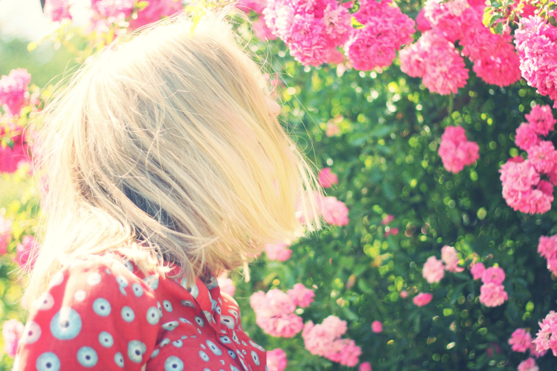 Картинки девушек с цветами в руках без лица блондинки, смешные