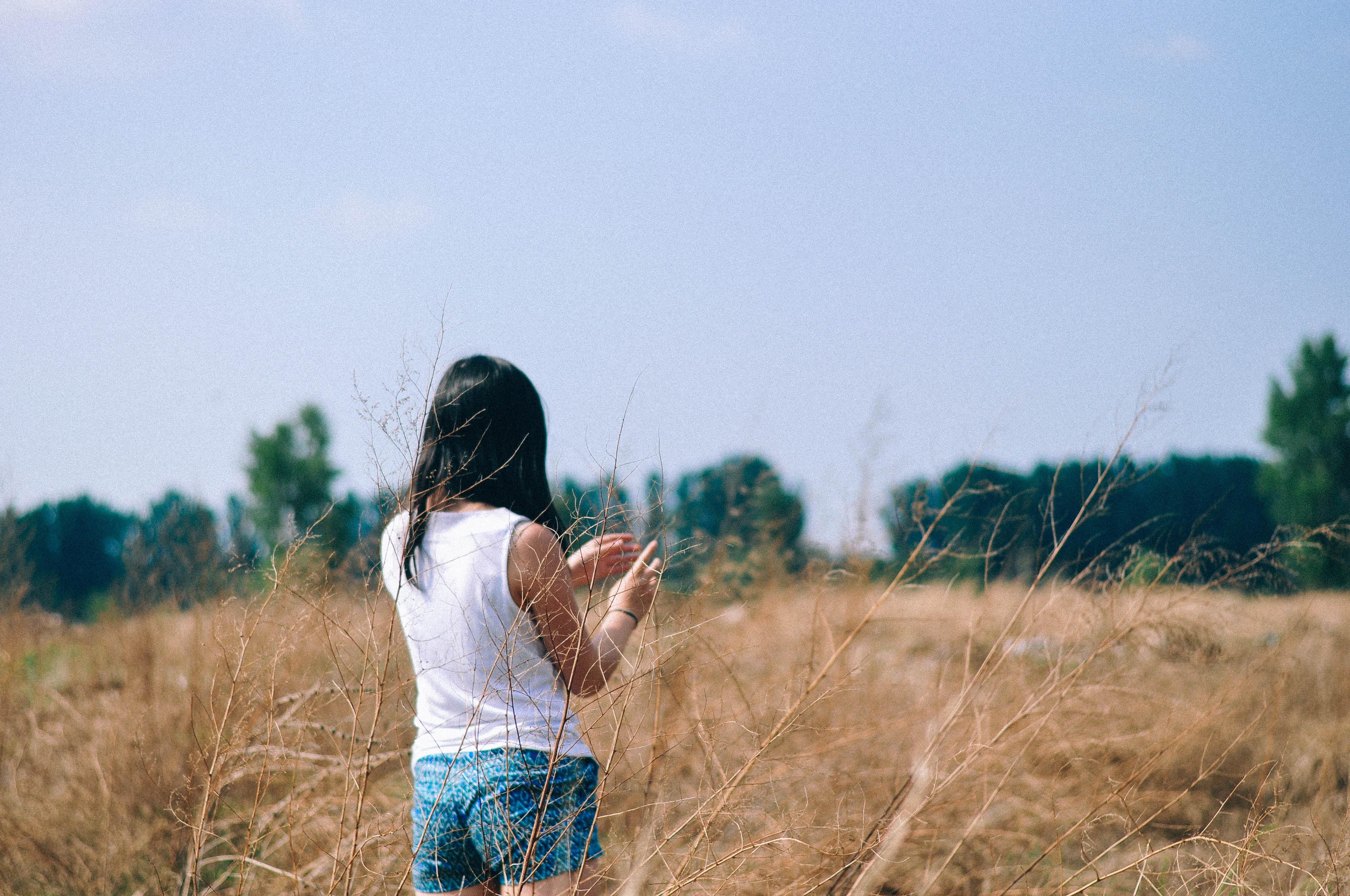 Картинки девушек летом брюнетки со спины