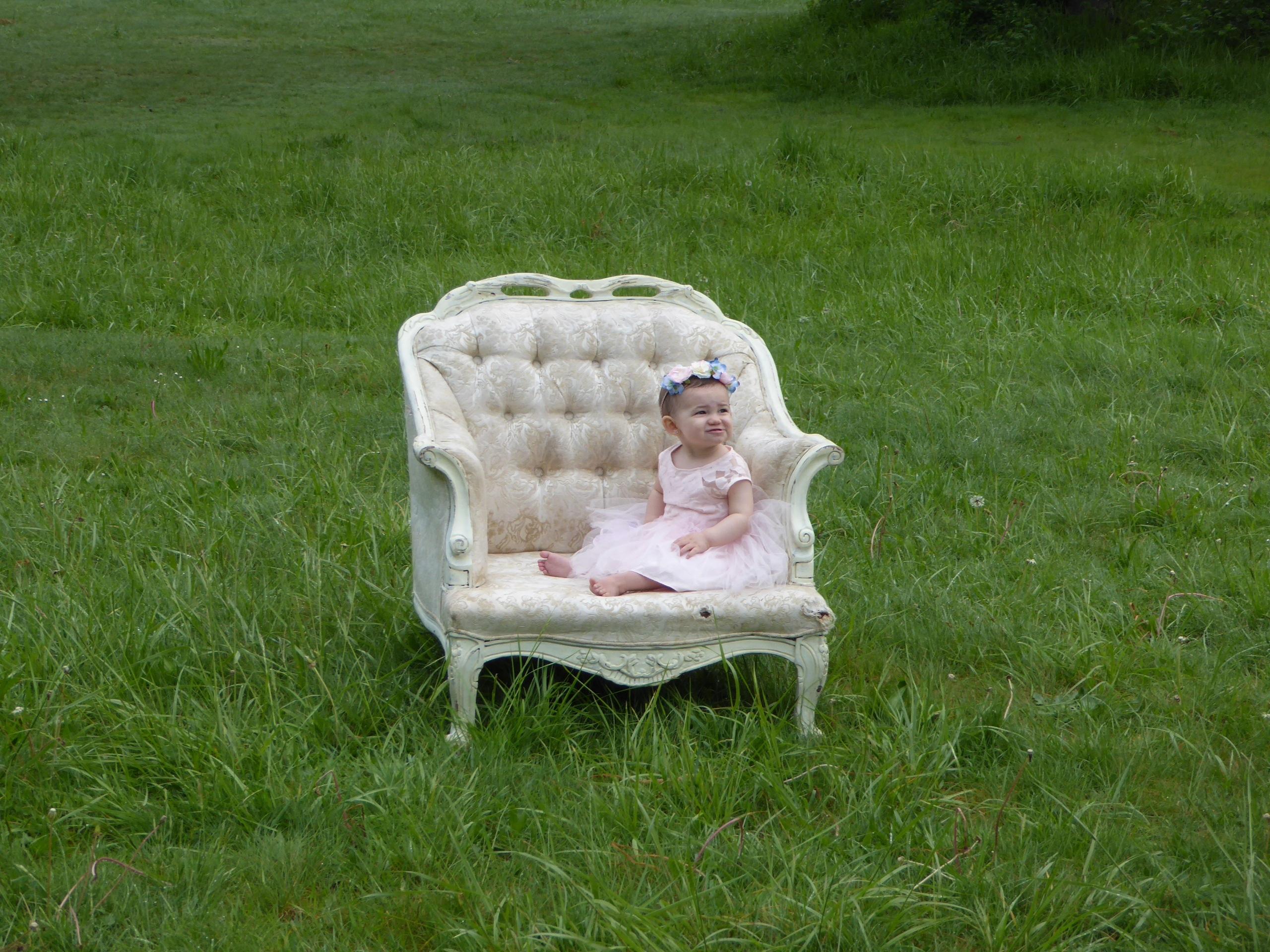 Stoel Voor Kind : Gratis afbeeldingen gras meisje wit gazon weide stoel kind