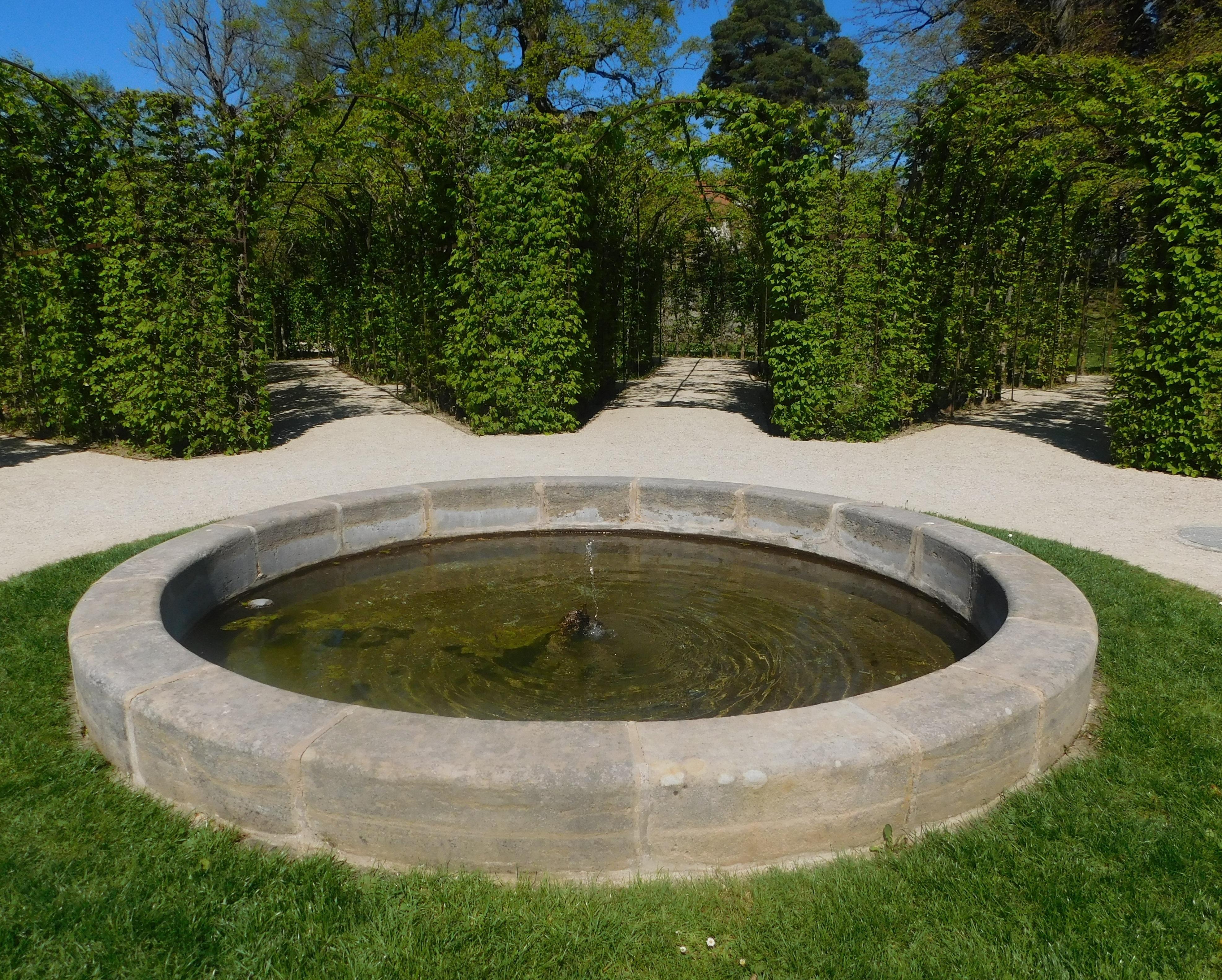 kostenlose foto gras rasen teich gr n hinterhof romantisch garten brunnen labyrinth. Black Bedroom Furniture Sets. Home Design Ideas