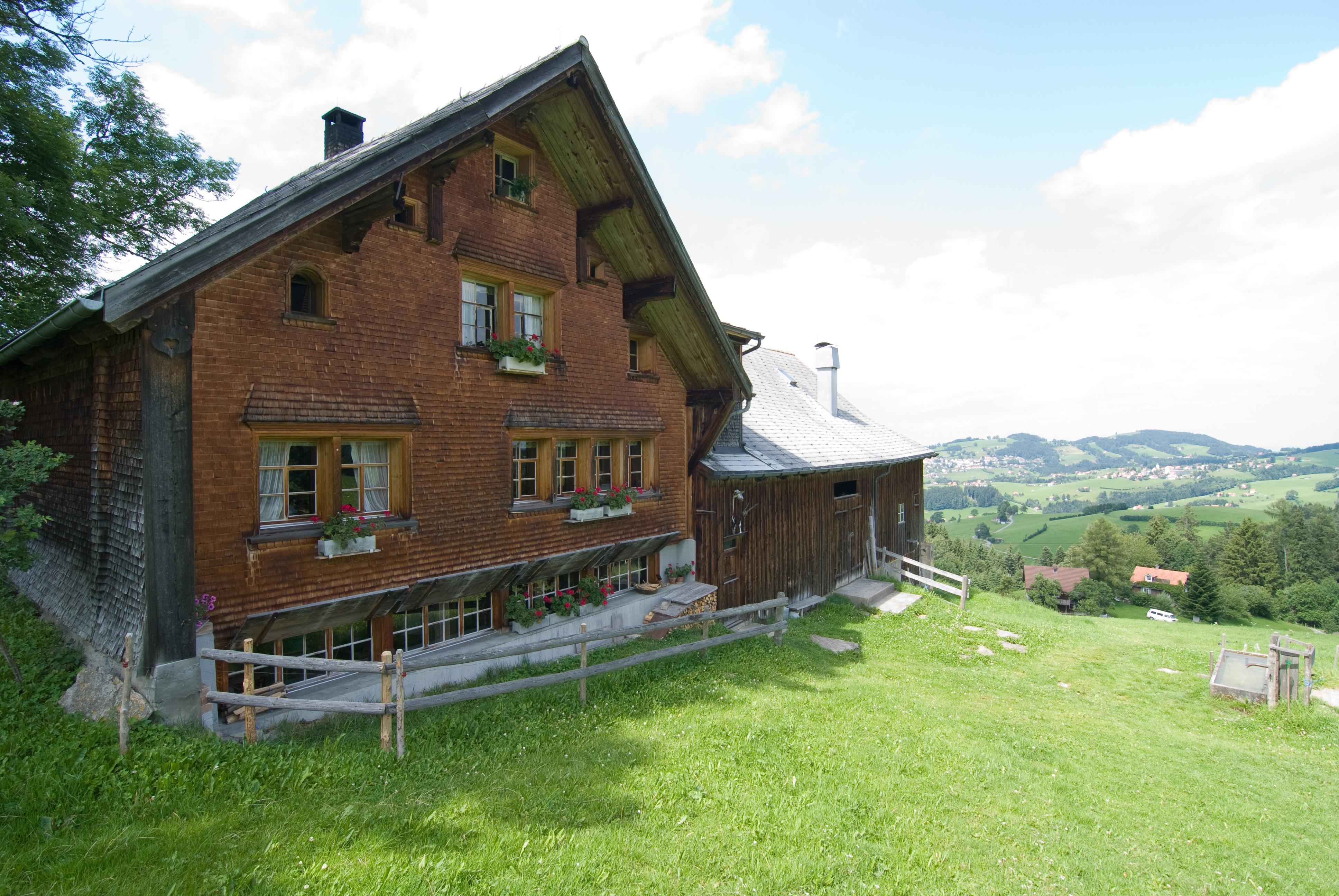 Дом из старого дерева в горах фото
