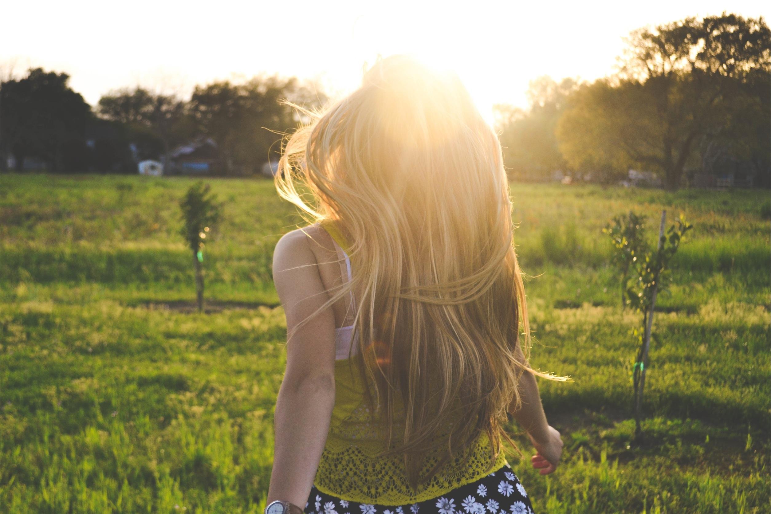 Девушка летом фото со спины