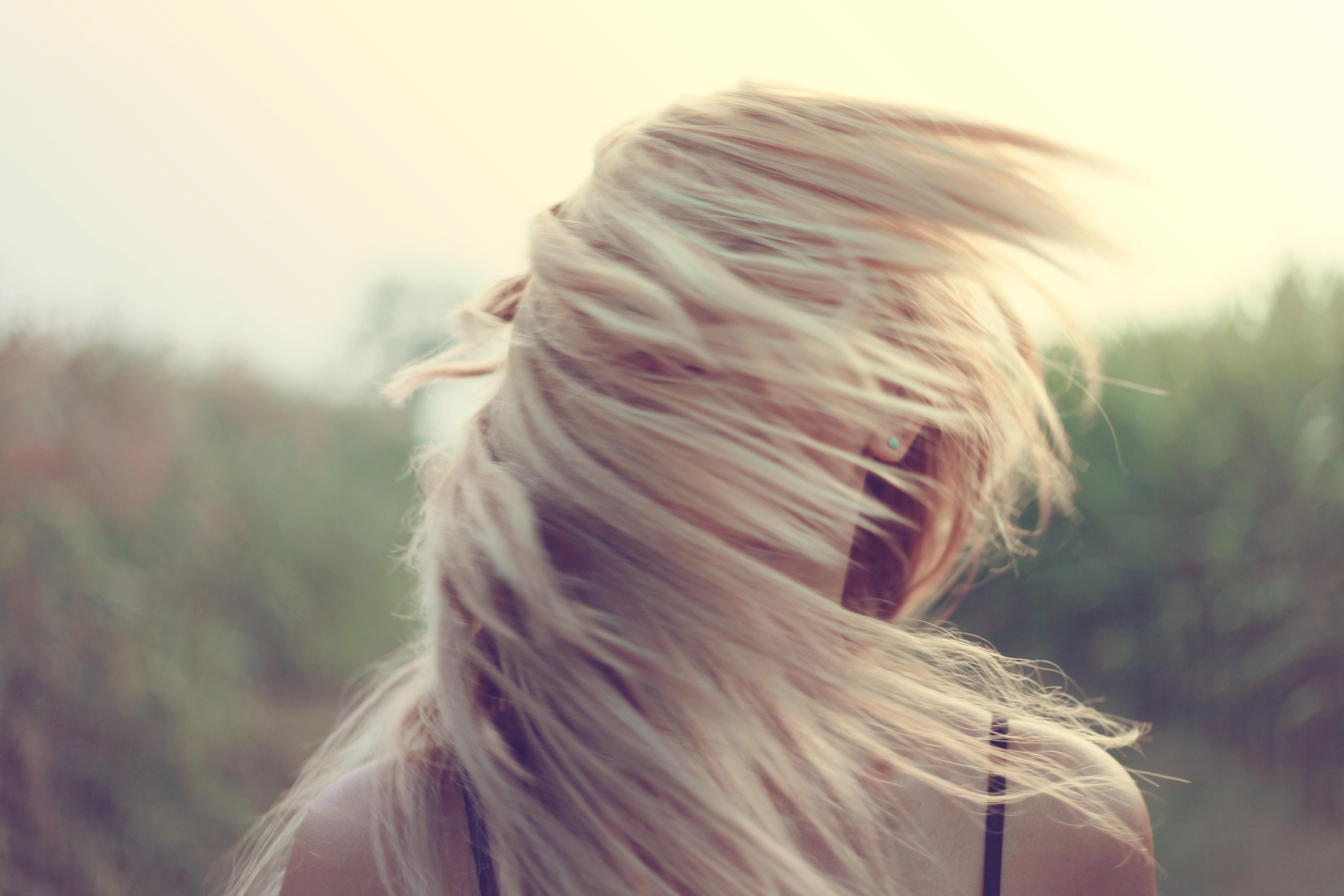 блондинка с закрытым лицом познакомилась бритоголовым