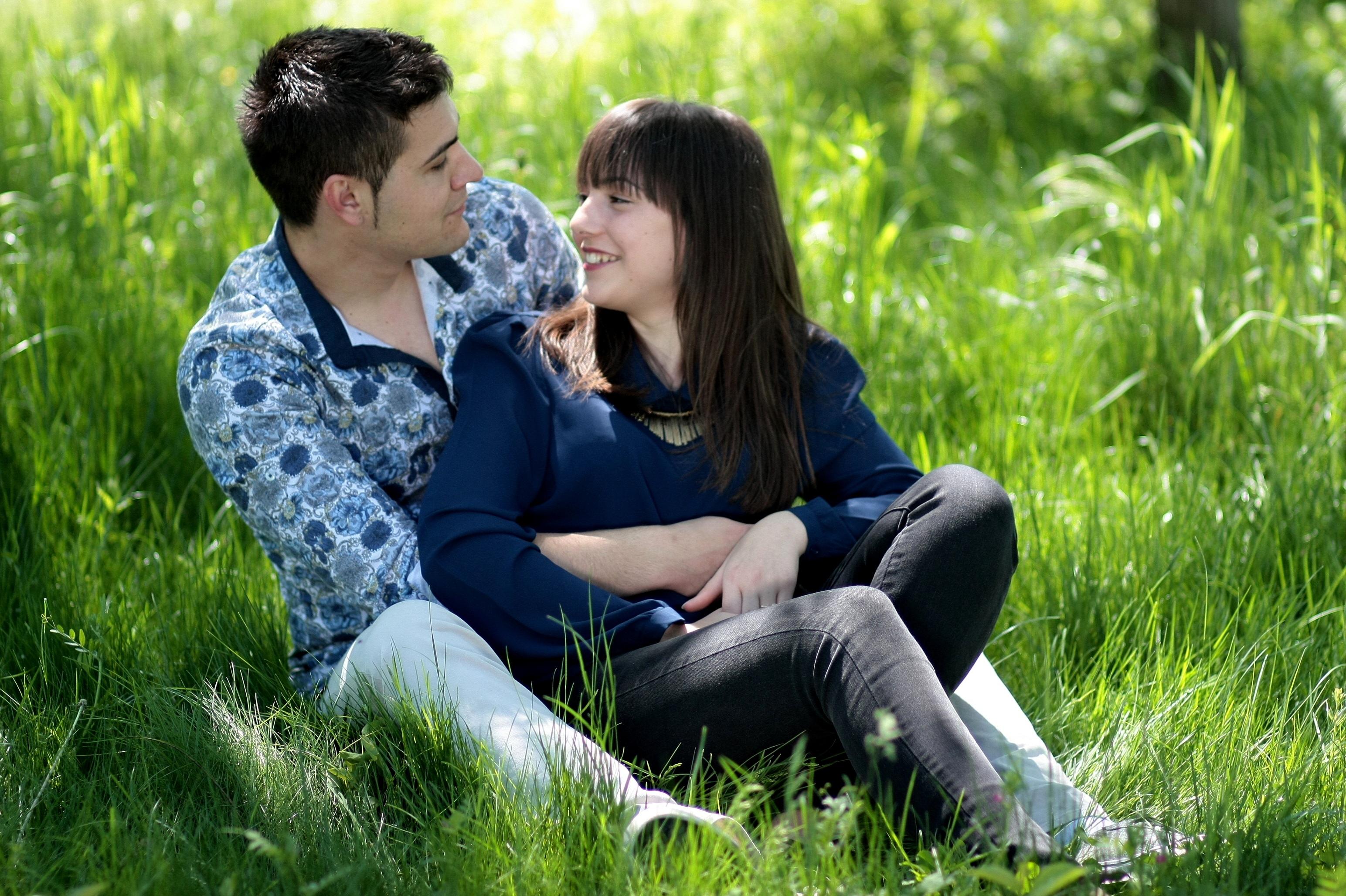 Картинки пара влюбленных сидит