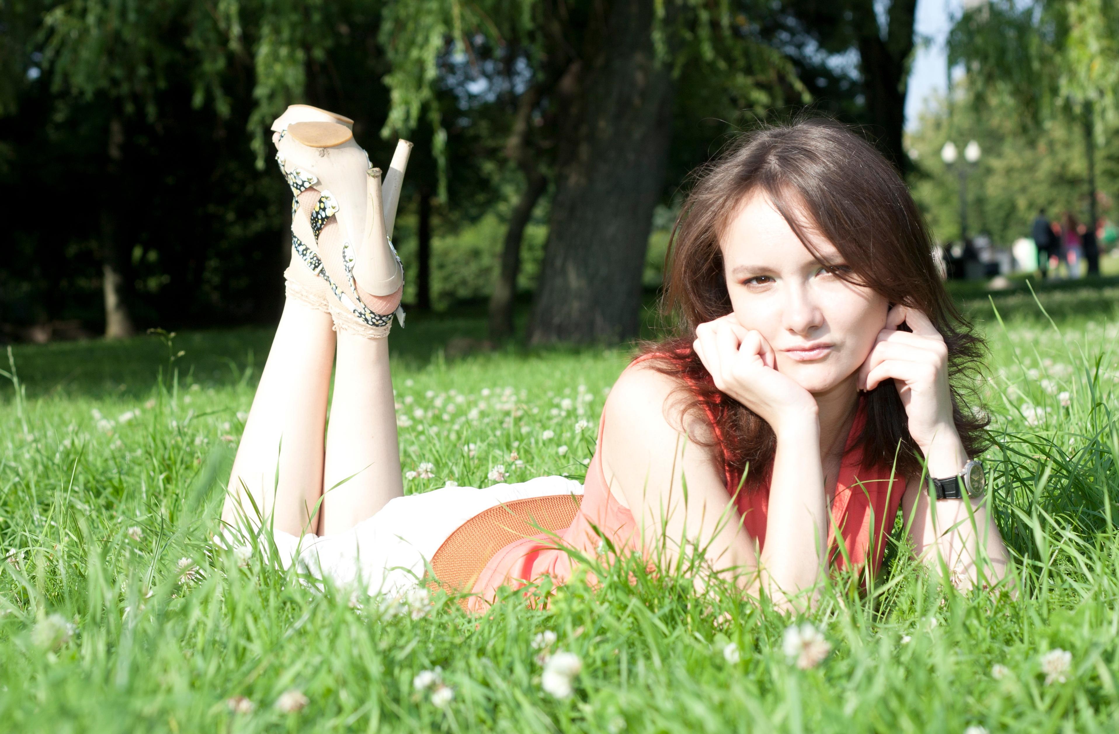 587700a70 césped persona mujer césped fotografía prado flor romance novia ceremonia  vestir fotografía bosque Sesión de fotos