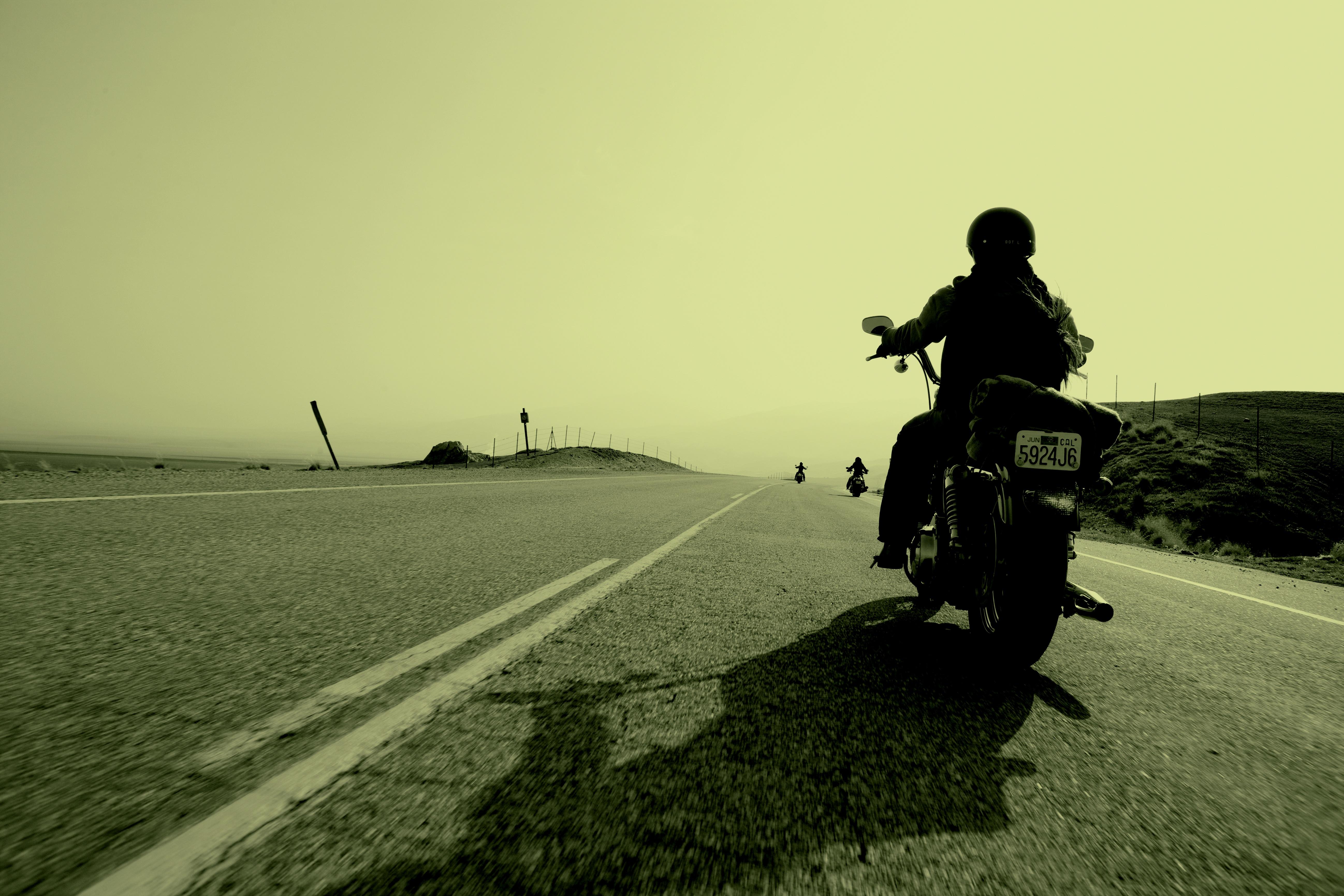ретро-стиле картинки уезжающего мотоцикла потрясающе стильные, объемные