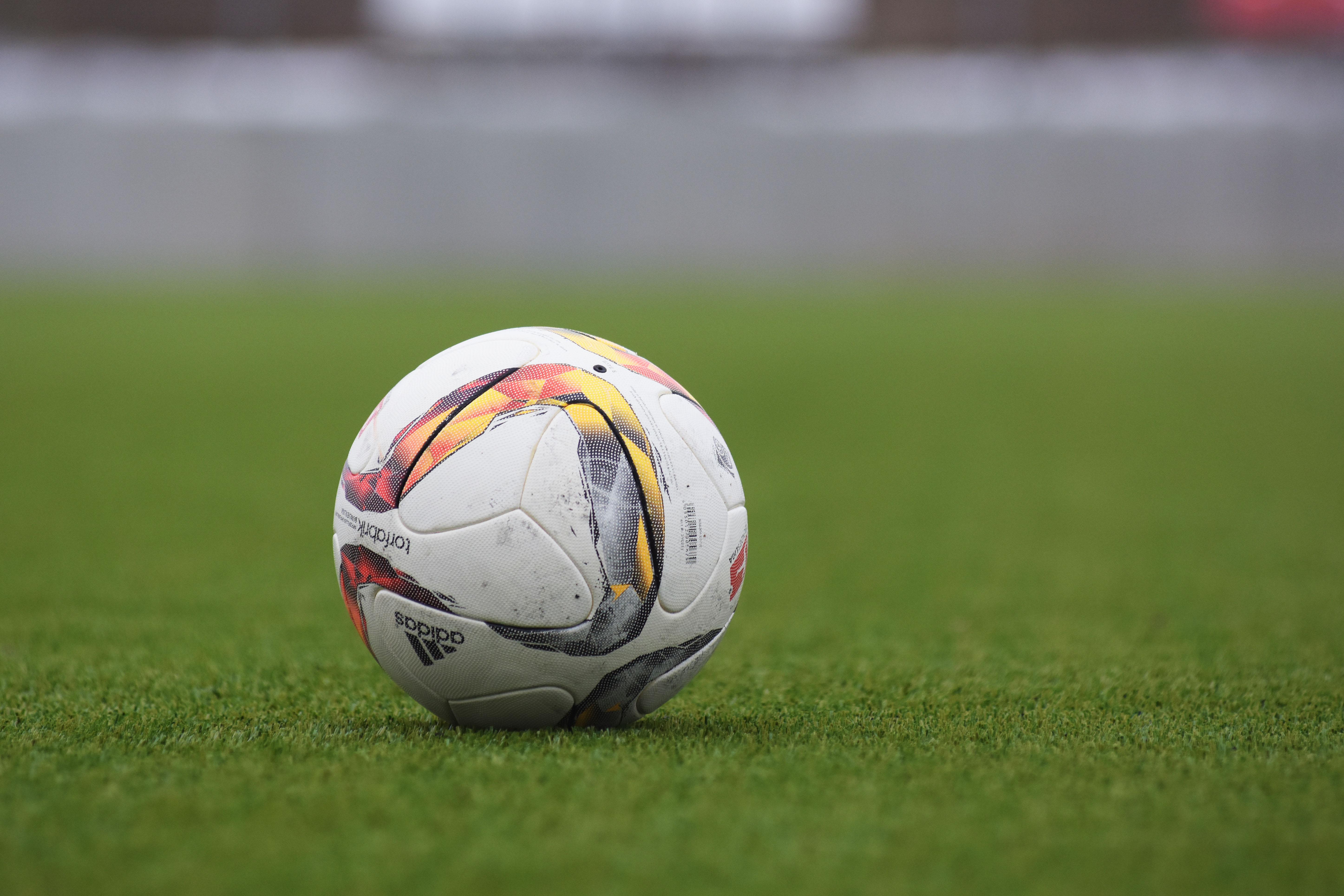 b56a084b2 Bildet : gress, Fotball, stadion, spiller, sportsutstyr, sport, ball ...