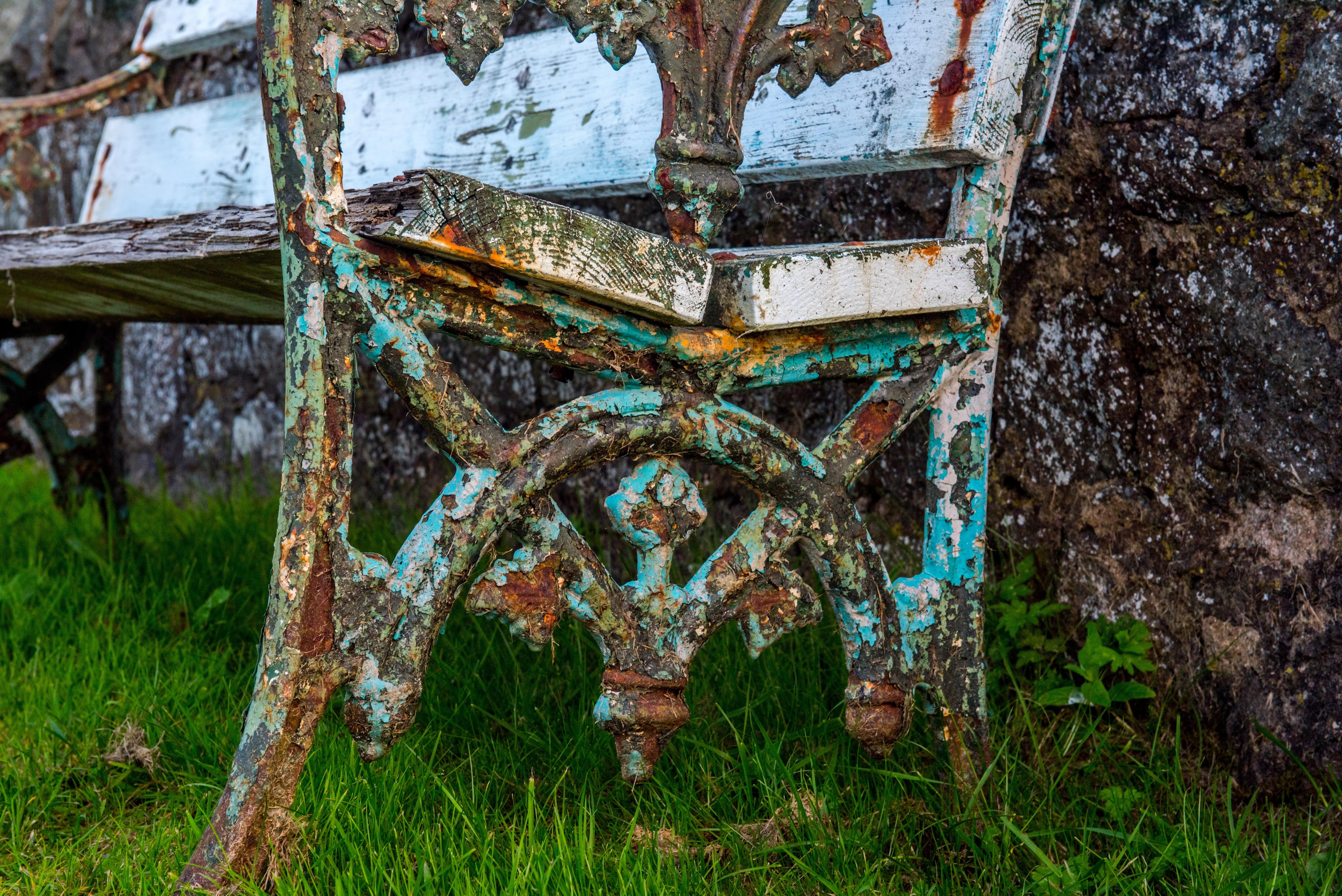 Fotos gratis : césped, madera, blanco, silla, antiguo, pared, piedra ...