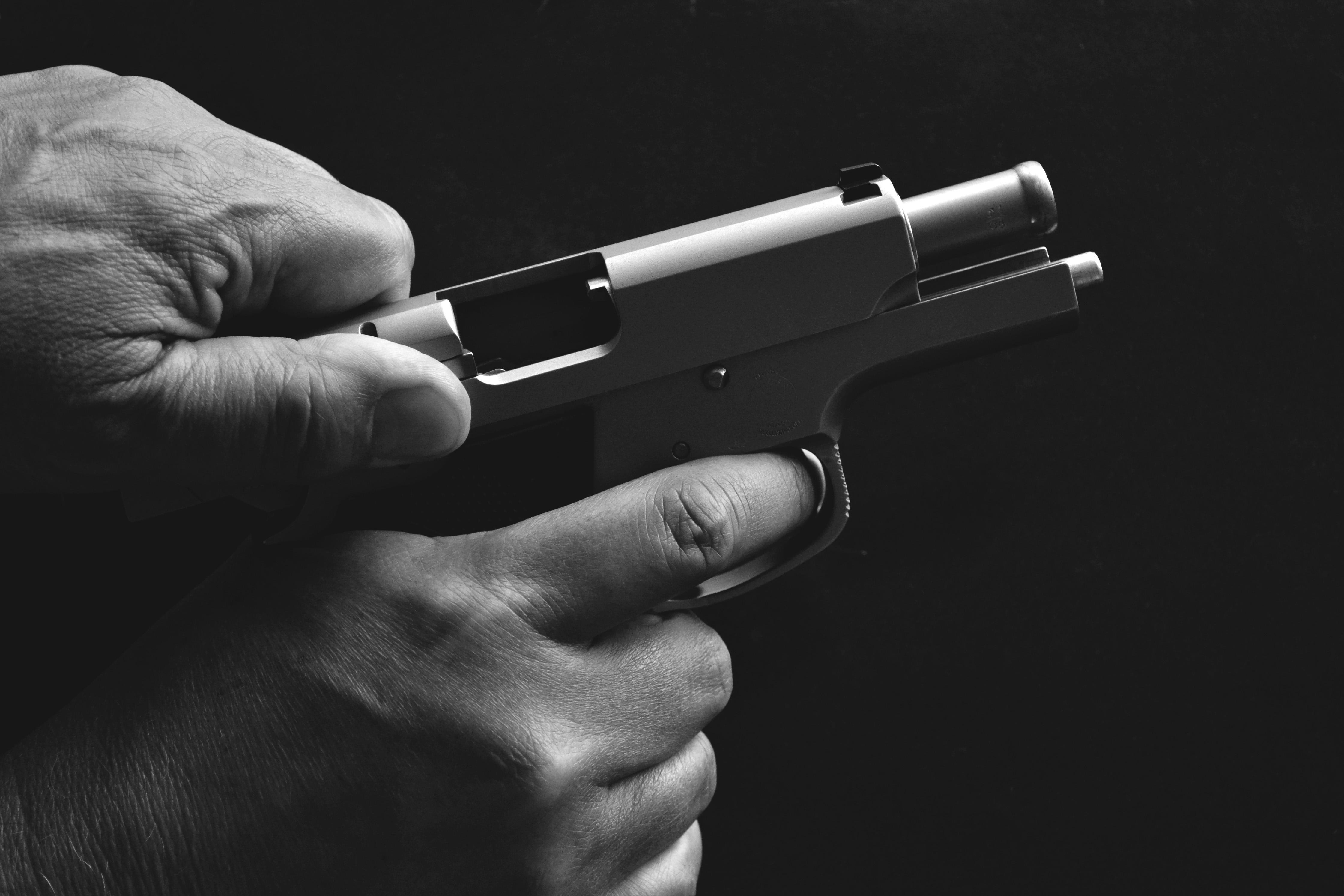 картинки револьвер в руках выбор этого