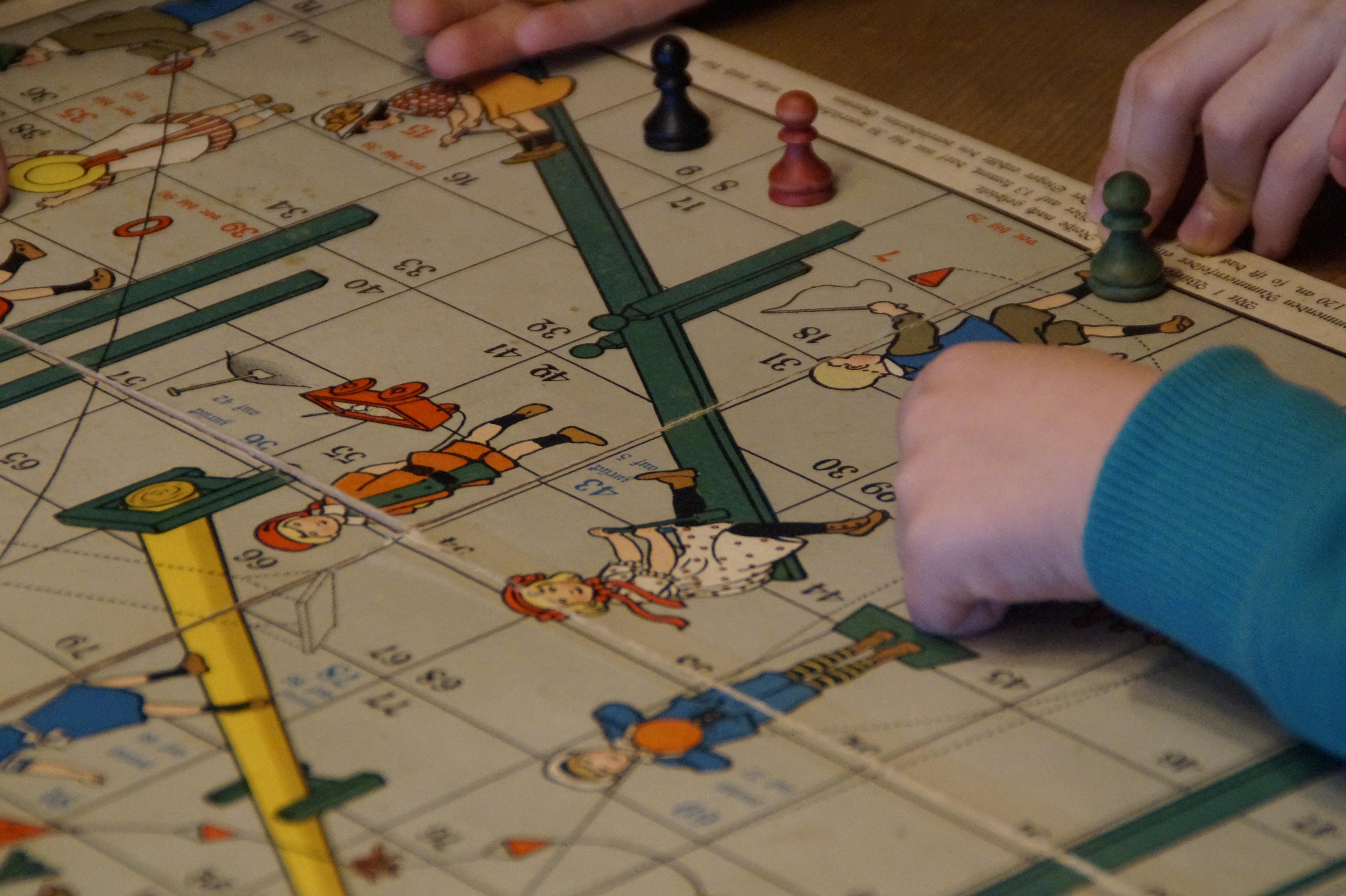 fotograf el antik eski renk cocuk nostalji oyuncak masa oyunu sanat cocuklar nostaljik boyali oyunlar sekil tarihsel olarak suruklemek oyun figuru gesellschaftsspiel oyun alani oyun tahtasi yenmek cocuklarin kafa oyunu oyun