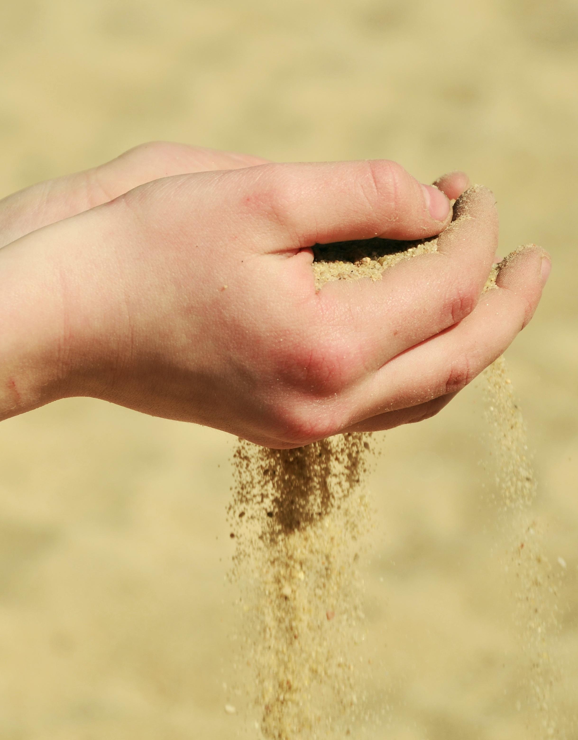 Картинка песок на руке