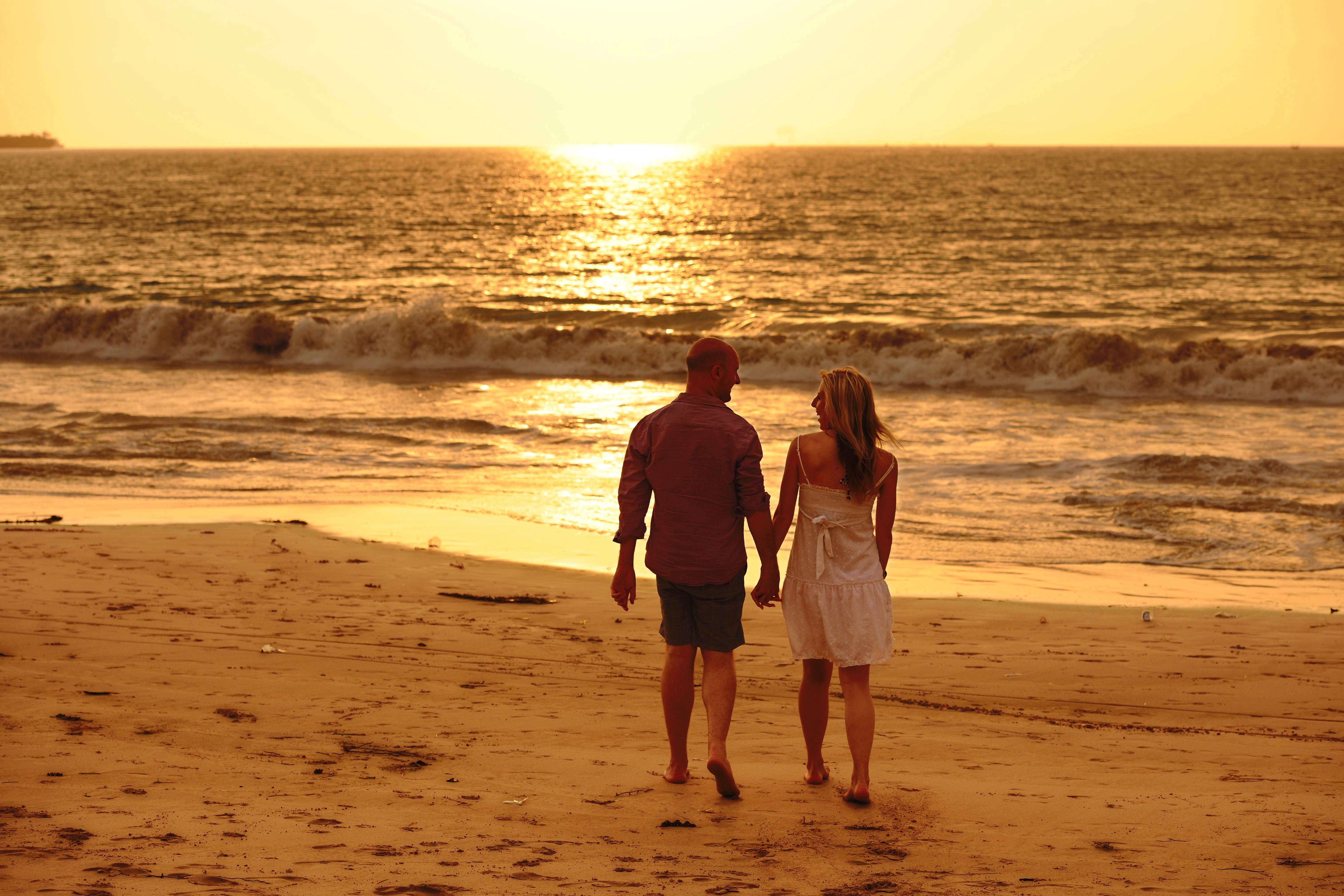 Любовь на пляже закат фото