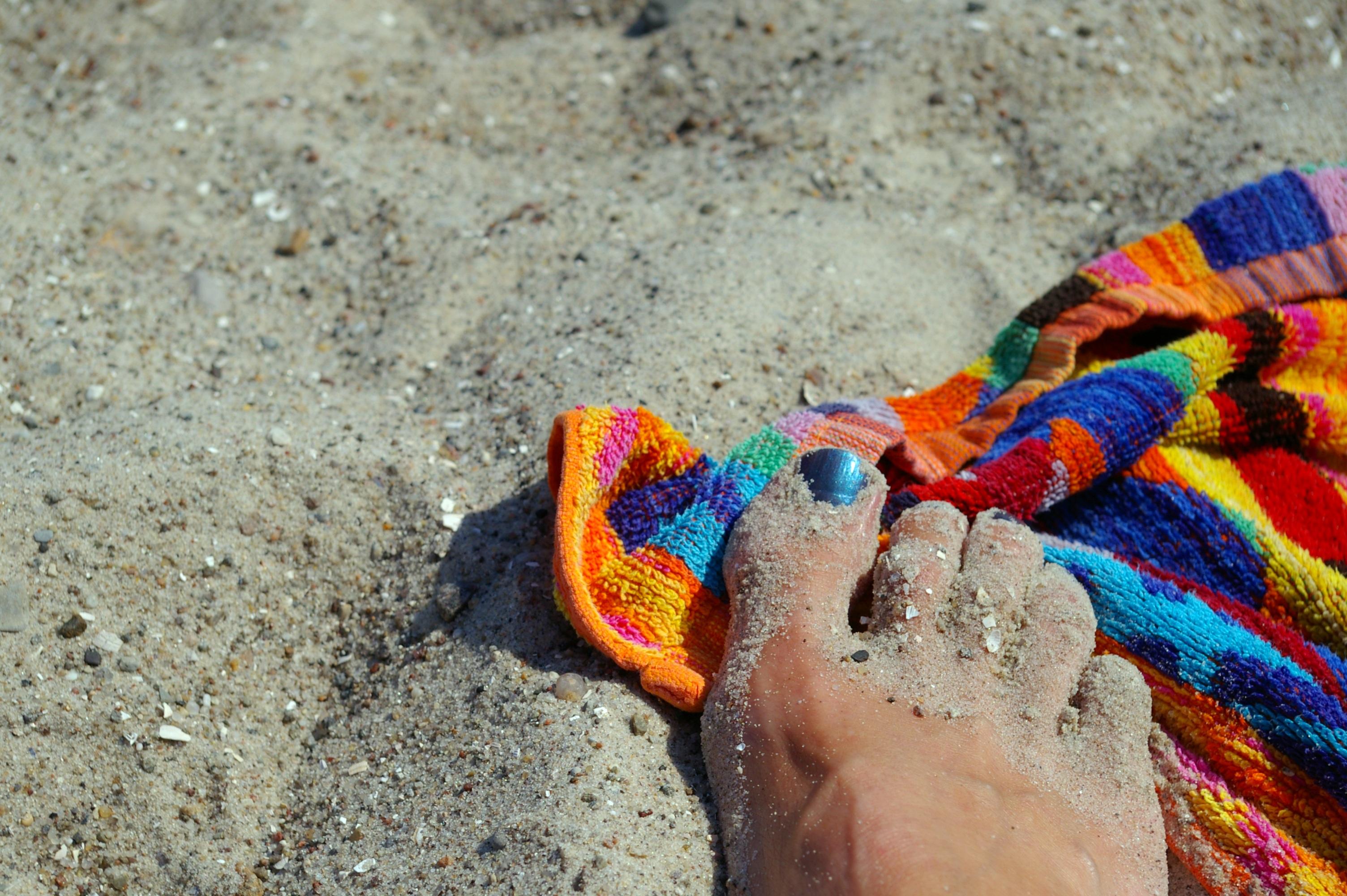 Fotos gratis : mano, mar, sol, Pies, verano, seco, nadar, color ...