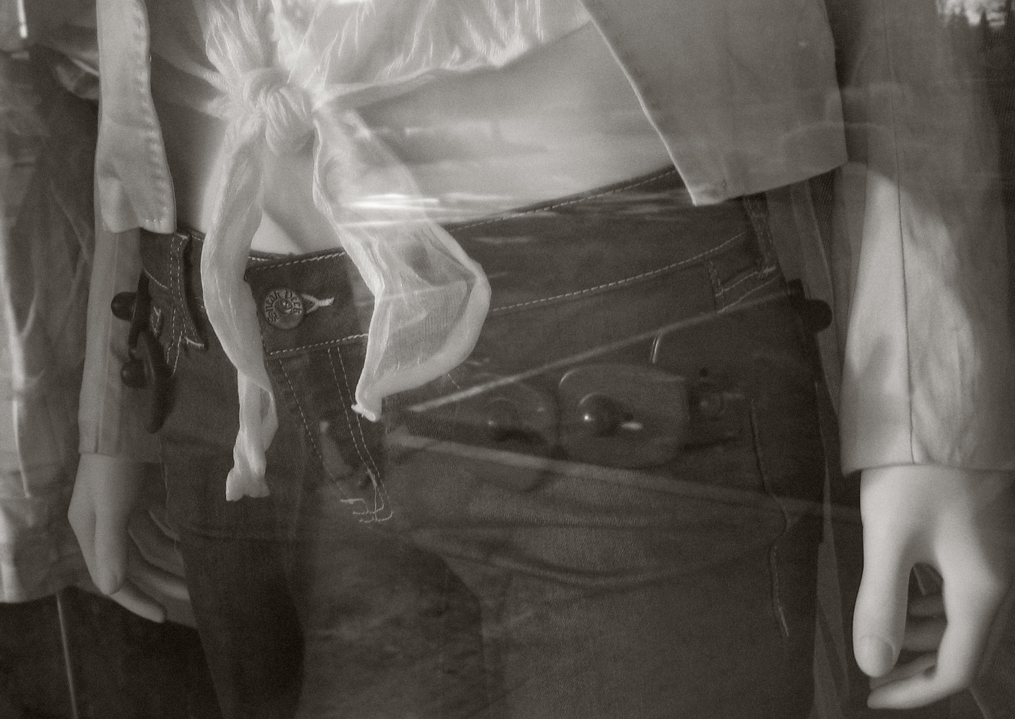 Fotos gratis : mano, en blanco y negro, fotografía, pantalones, Moda ...