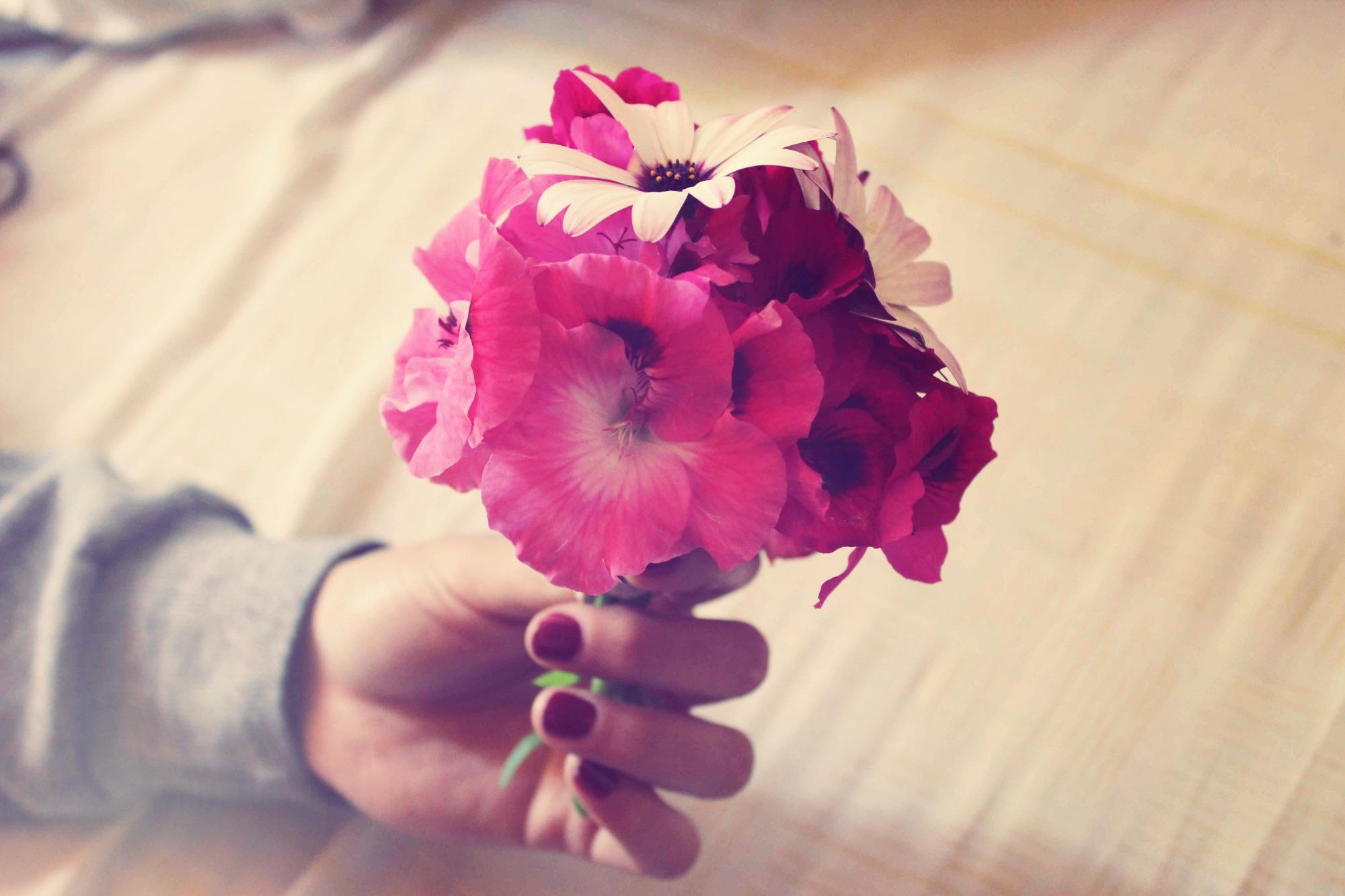 Картинки в руках цветы