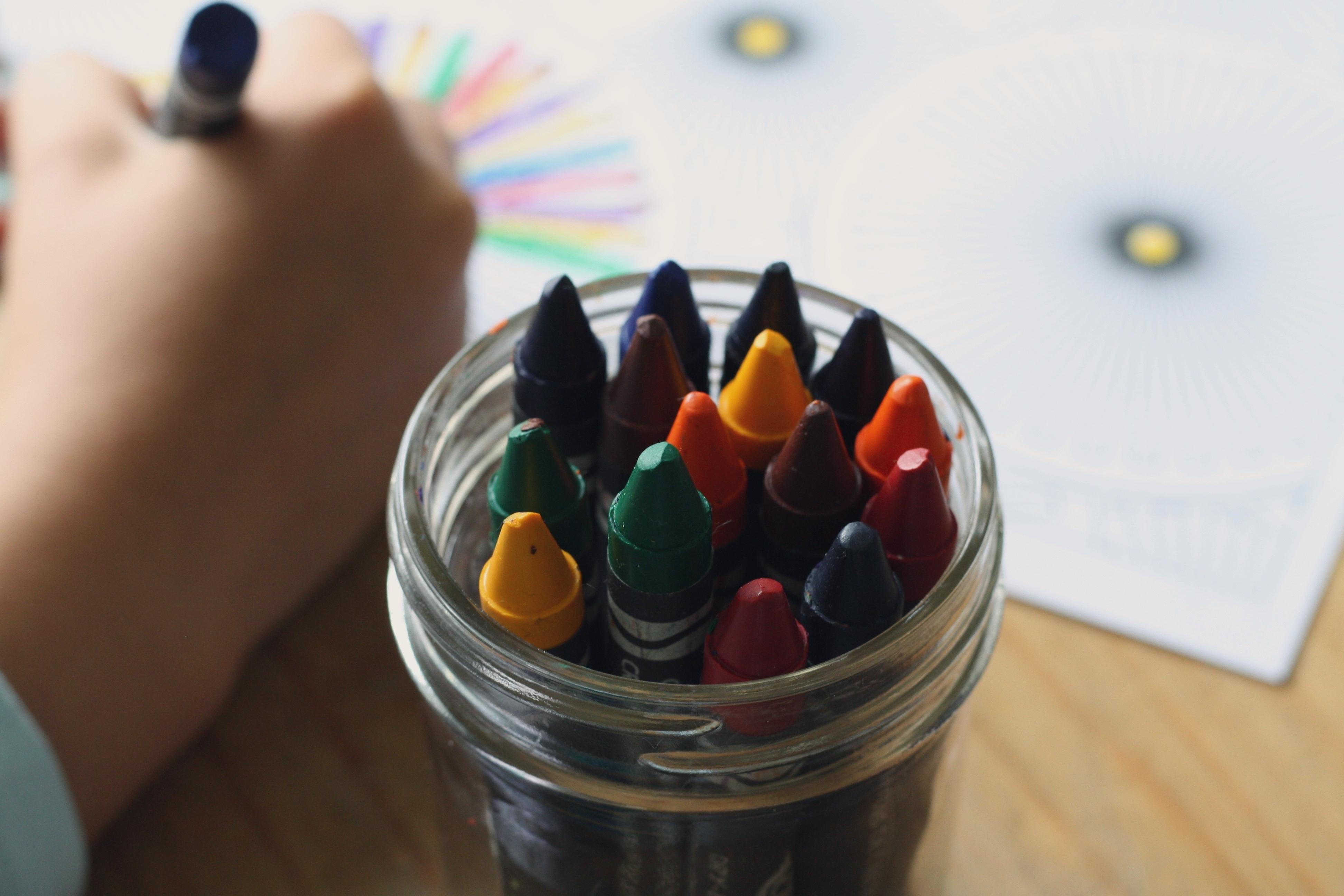 Fotos gratis : mano, creativo, niño, dedo, azul, jugando, vistoso ...