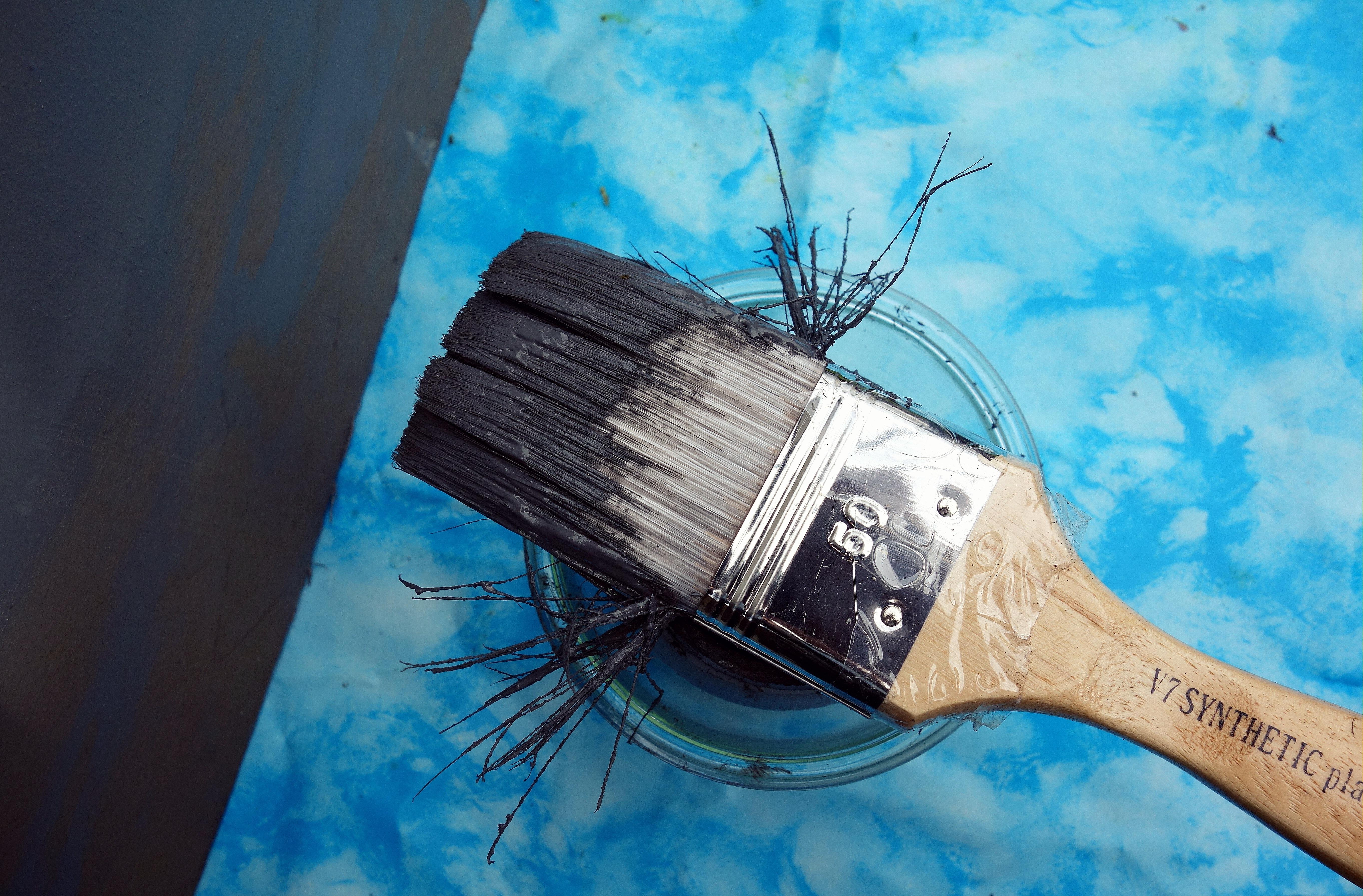 images gratuites : main, brosse, outil, couleur, peindre, bleu, la