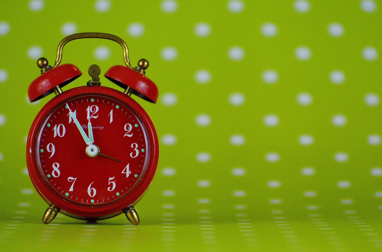 Gambar Tangan Jam Alarm Hijau Berwarna Merah Muda Dekorasi Weker Bentuk Bulat Waktu Panggil Lingkaran Ilustrasi Bencana