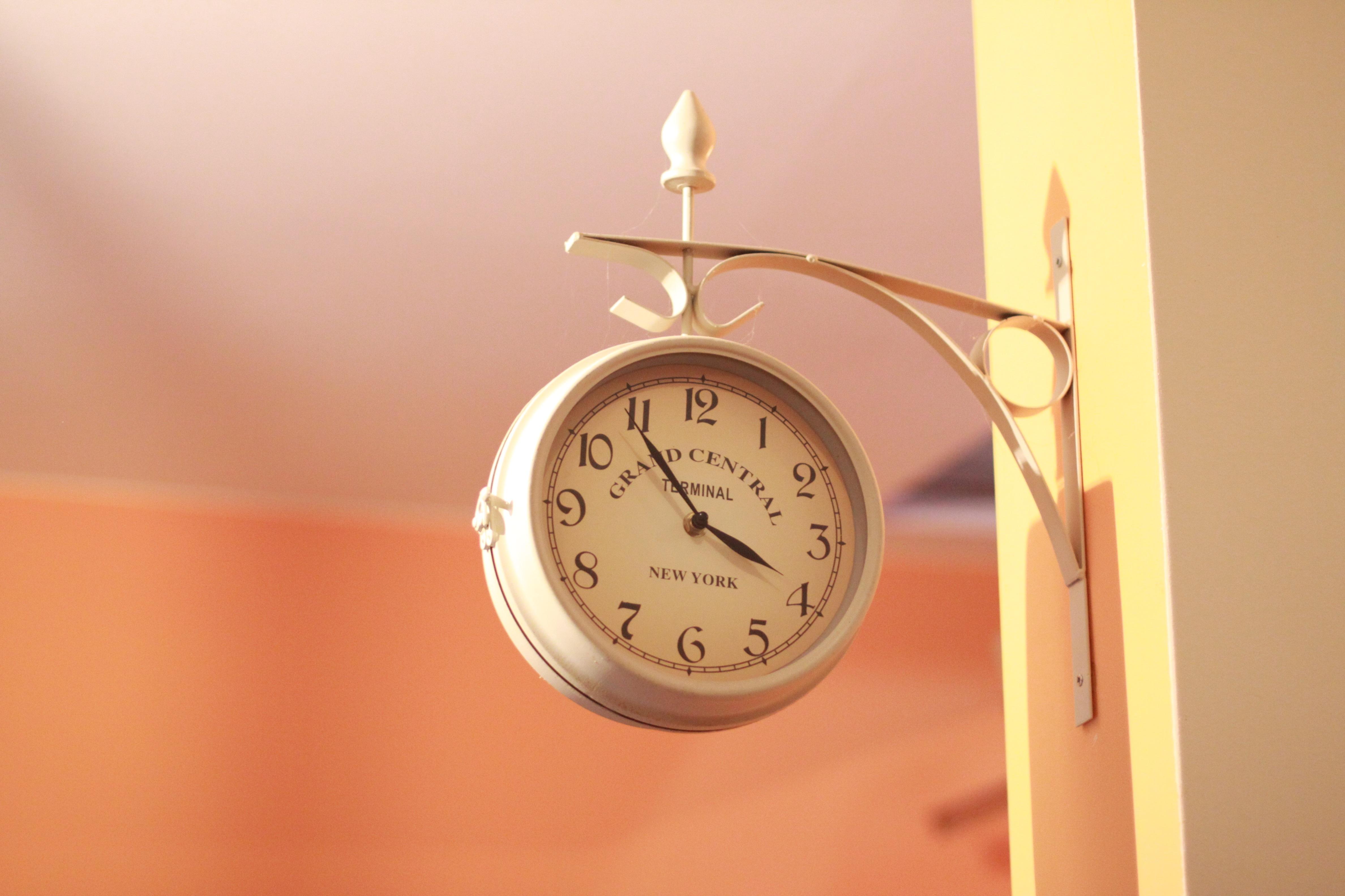 gratis billeder : hånd, væg, belysning, indretning, minut, vægur