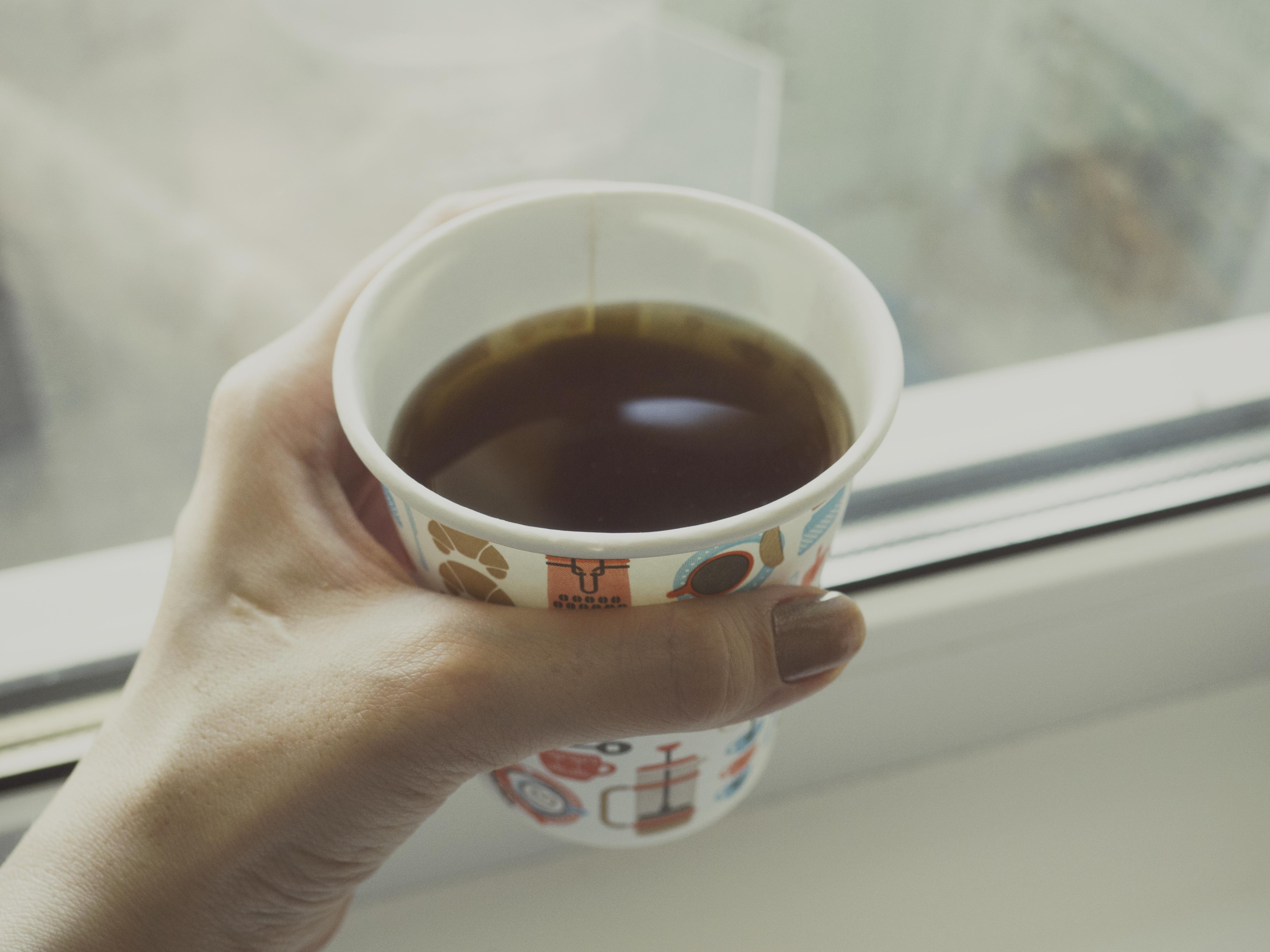фото с чашкой чая в руках здесь
