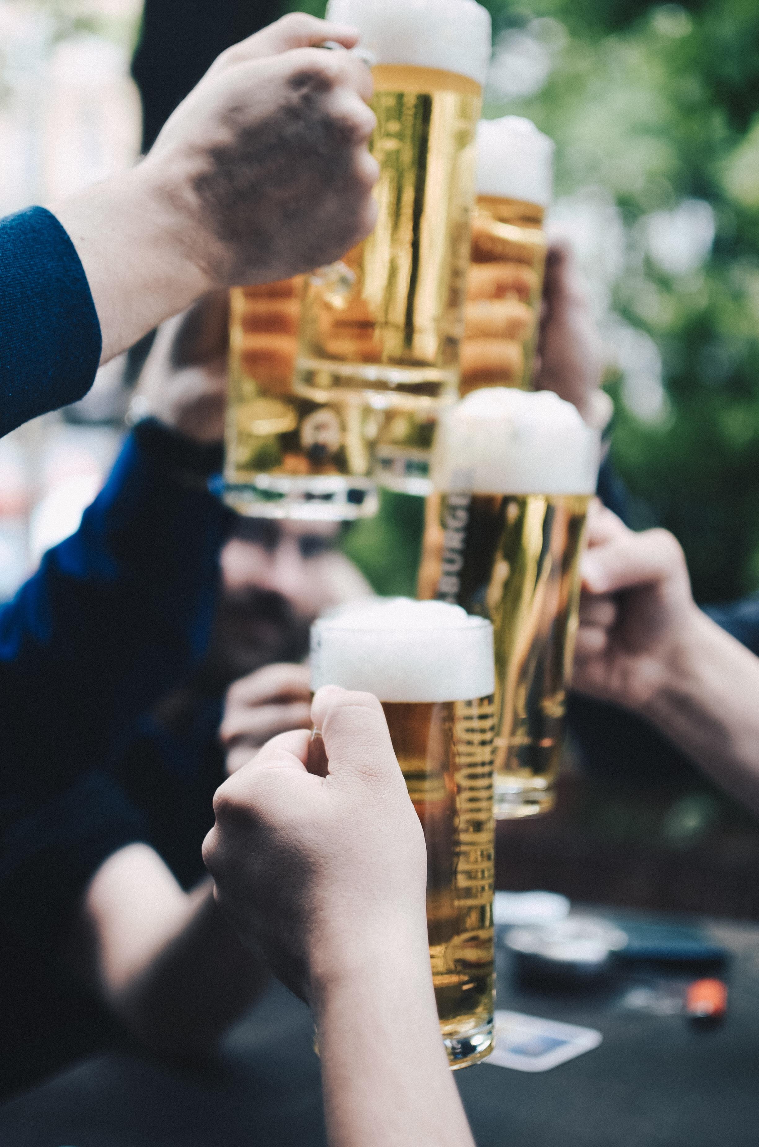 tay uống người bạn bia vui lên Lễ ảnh chụp giác quan