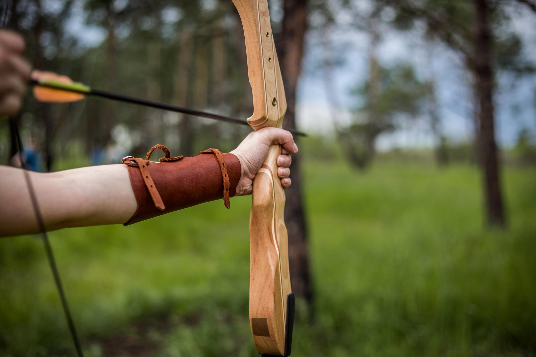 Fotoğraf El Orman Deri Oyun Kahverengi Silah Bilezik çekim