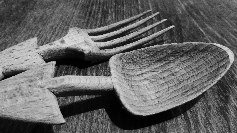 Gambar Tangan Alat Makan Sayap Hitam Dan Putih Daun Tanduk Sendok Kayu Garpu Wooden Cutlery Spoon Fork Satu Warna Merapatkan Alas Kaki Anggaran Belanja Fotografi Monokrom