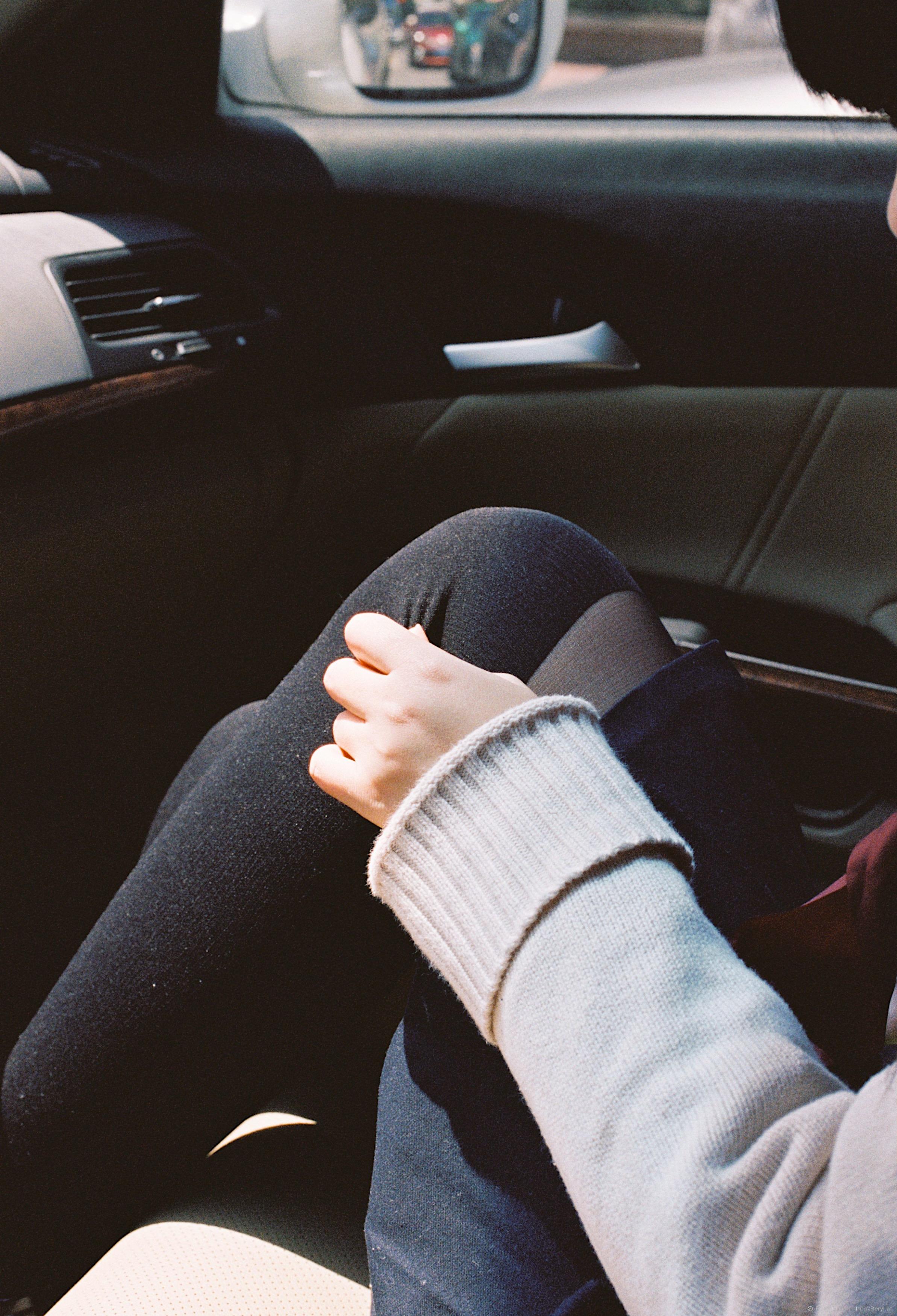 возрасте картинка рука на ноге в машине мне