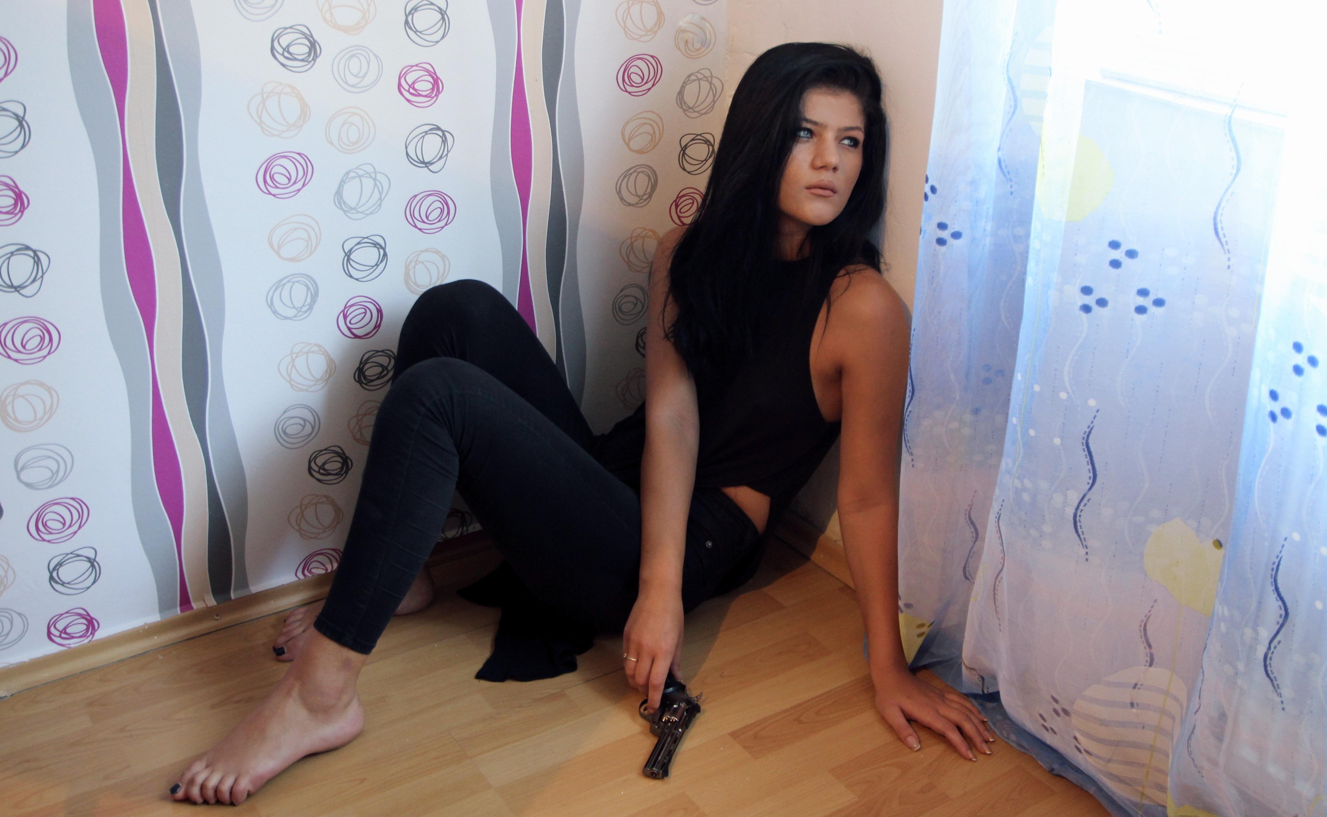 images gratuites main fille jambe tristesse arme corps humain cheveux noirs peur. Black Bedroom Furniture Sets. Home Design Ideas