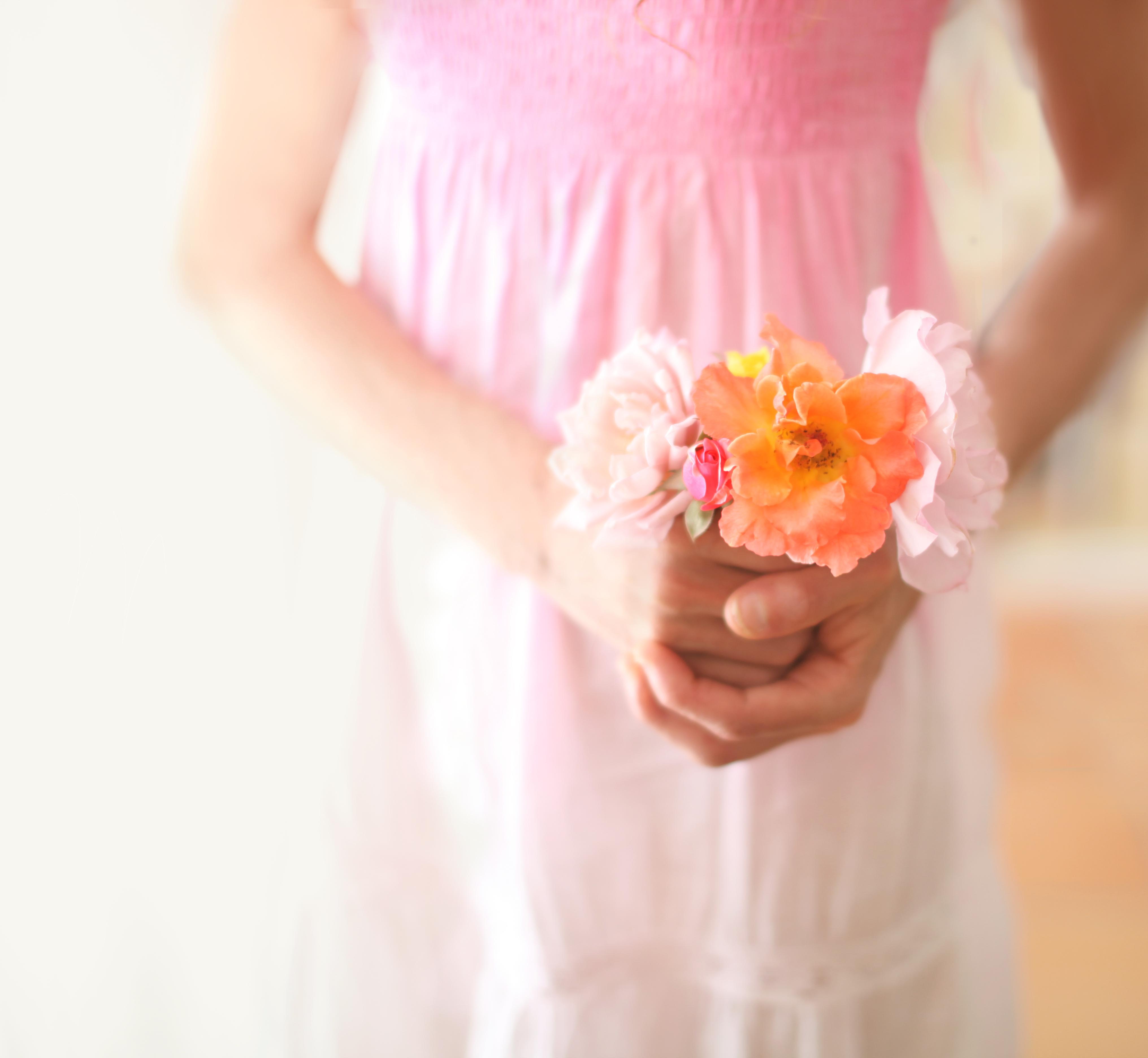 Fotos gratis : mano, niña, mujer, fotografía, flor, pétalo, niño ...