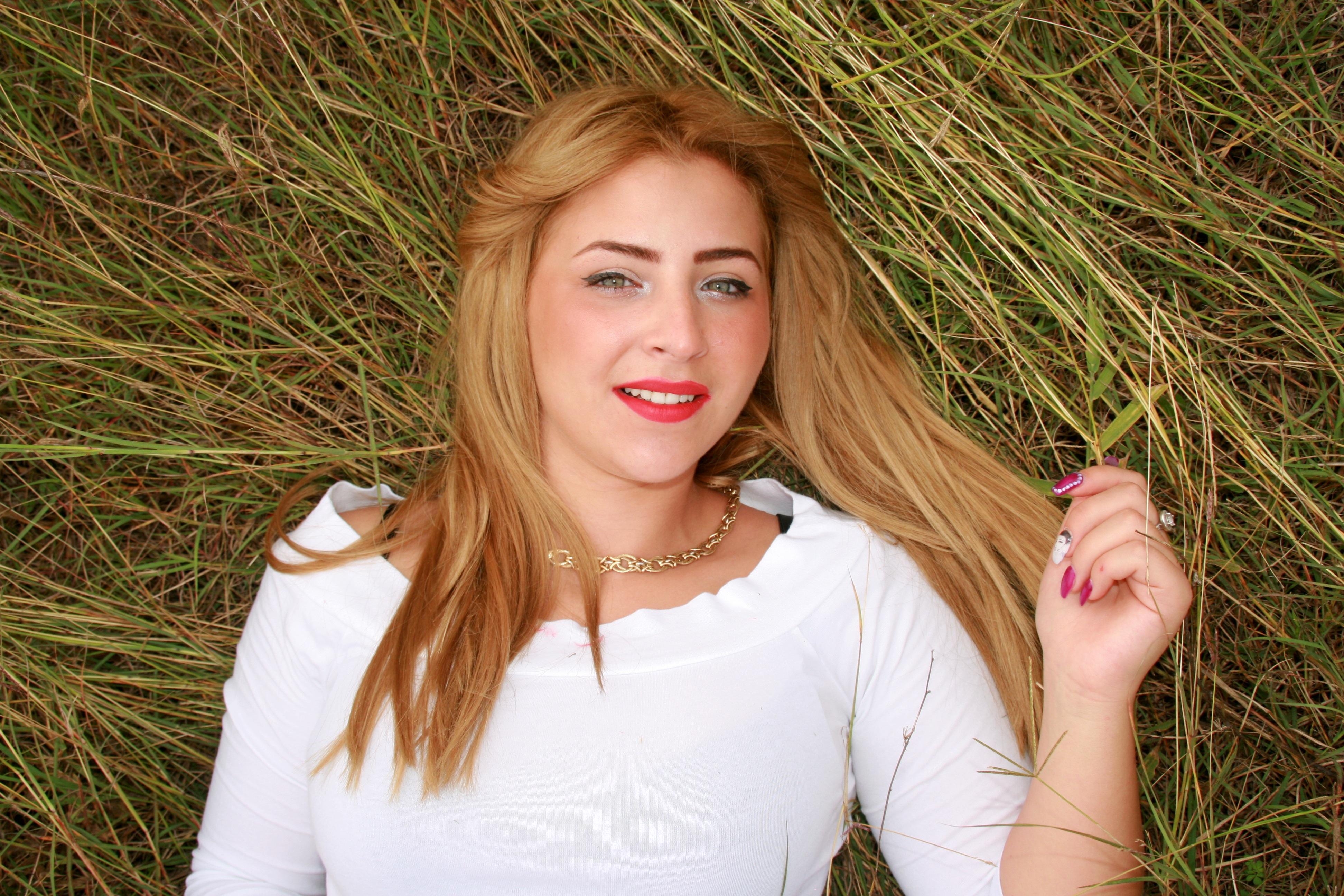 Weiblich braune haare grün braune augen