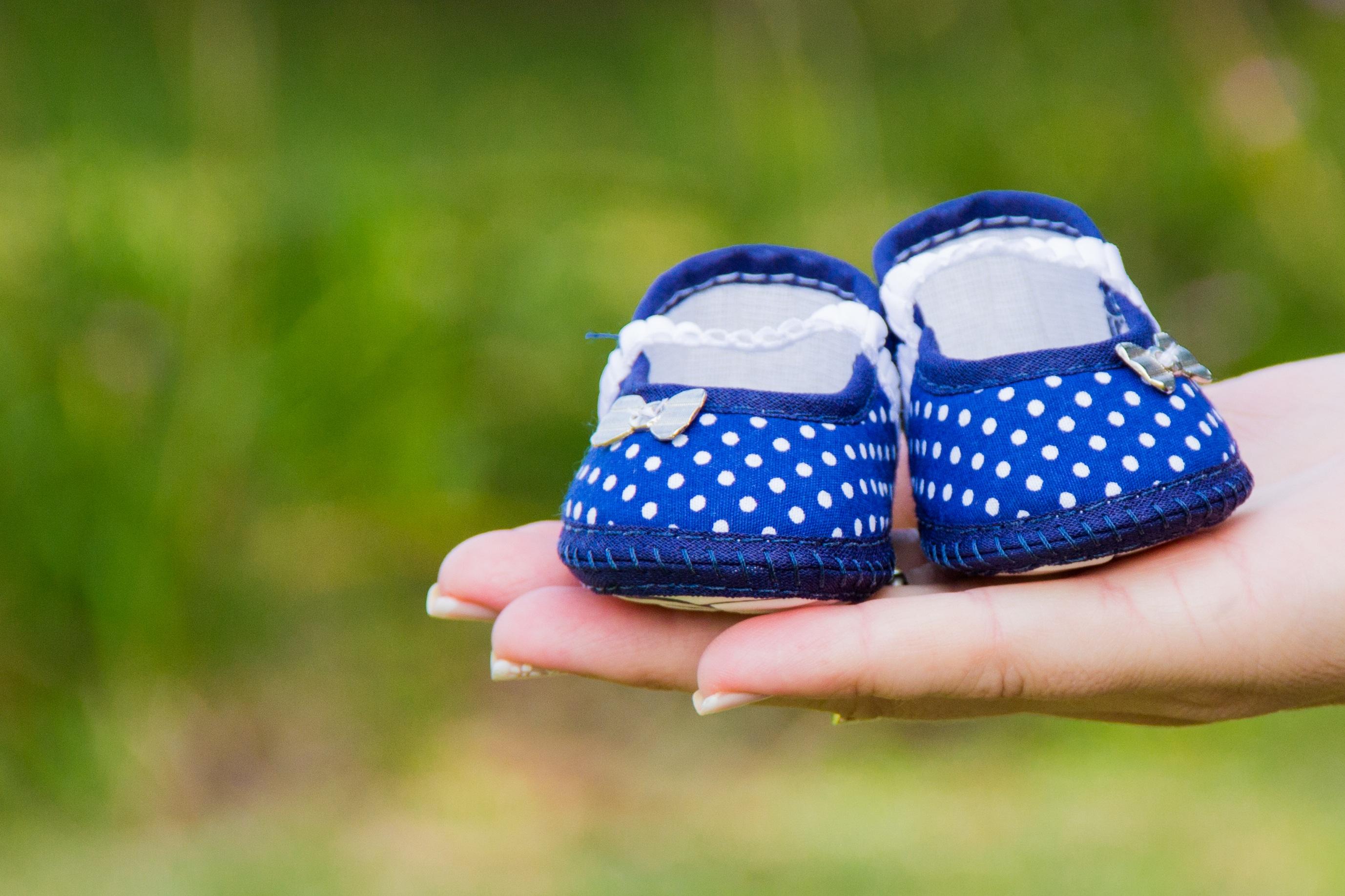 Kostenlose foto : Hand, Gras, Schuh, Muster, Grün, blau, Baby ...