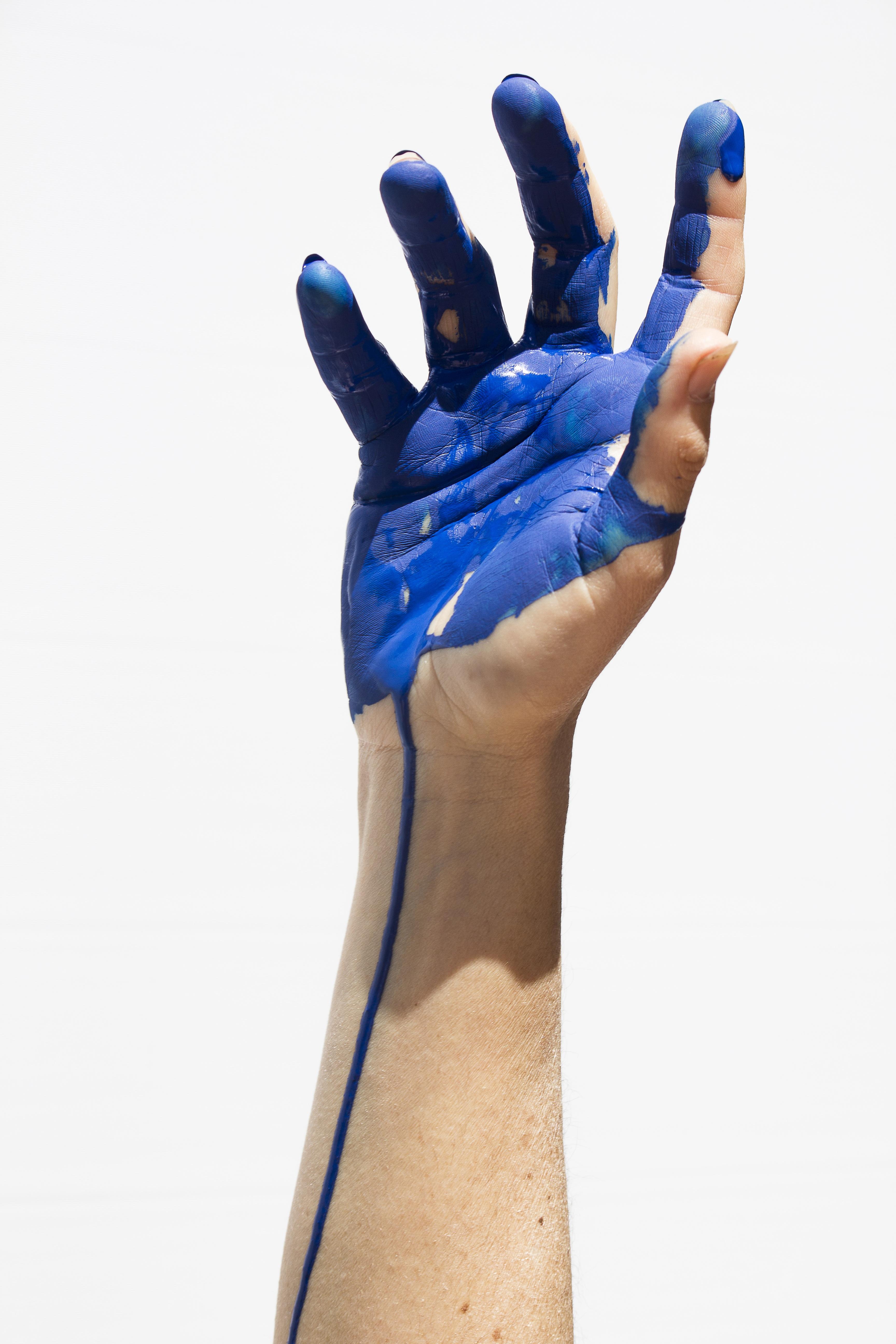 Fotoğraf El Bacak Parmak Renk Mavi Giyim Kol Boyama Insan