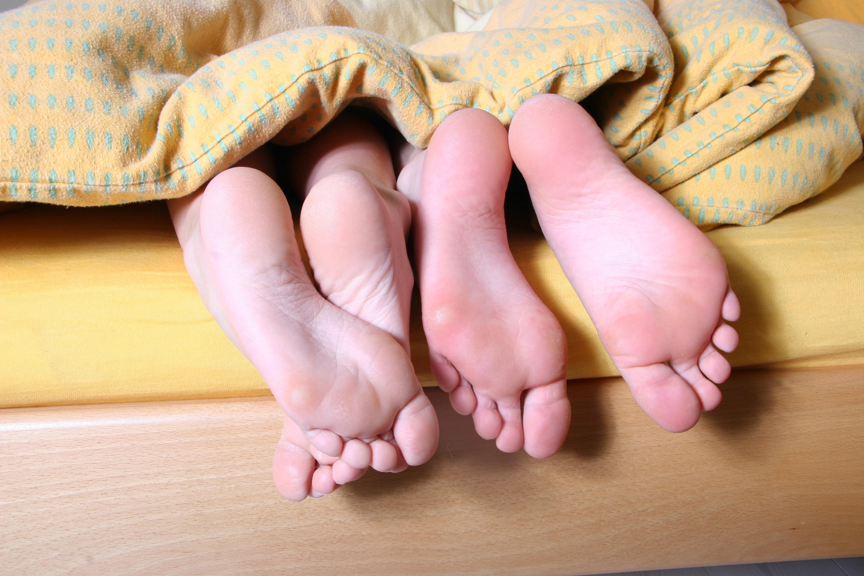 Fotos gratis : mano, pierna, dedo, pie, amarillo, brazo, cuerpo ...