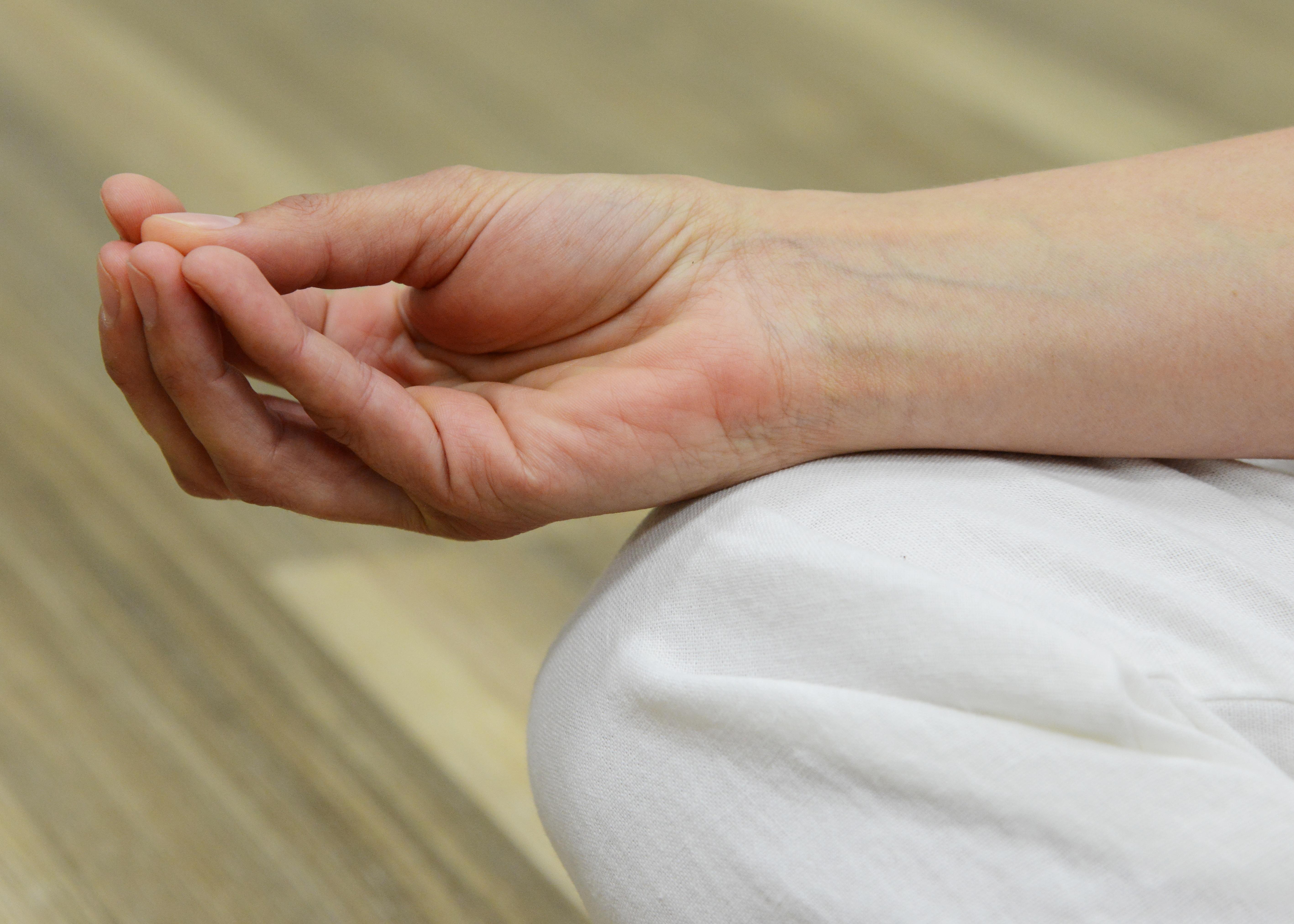 Fotos gratis : mano, pierna, dedo, meditar, brazo, energía, de cerca ...