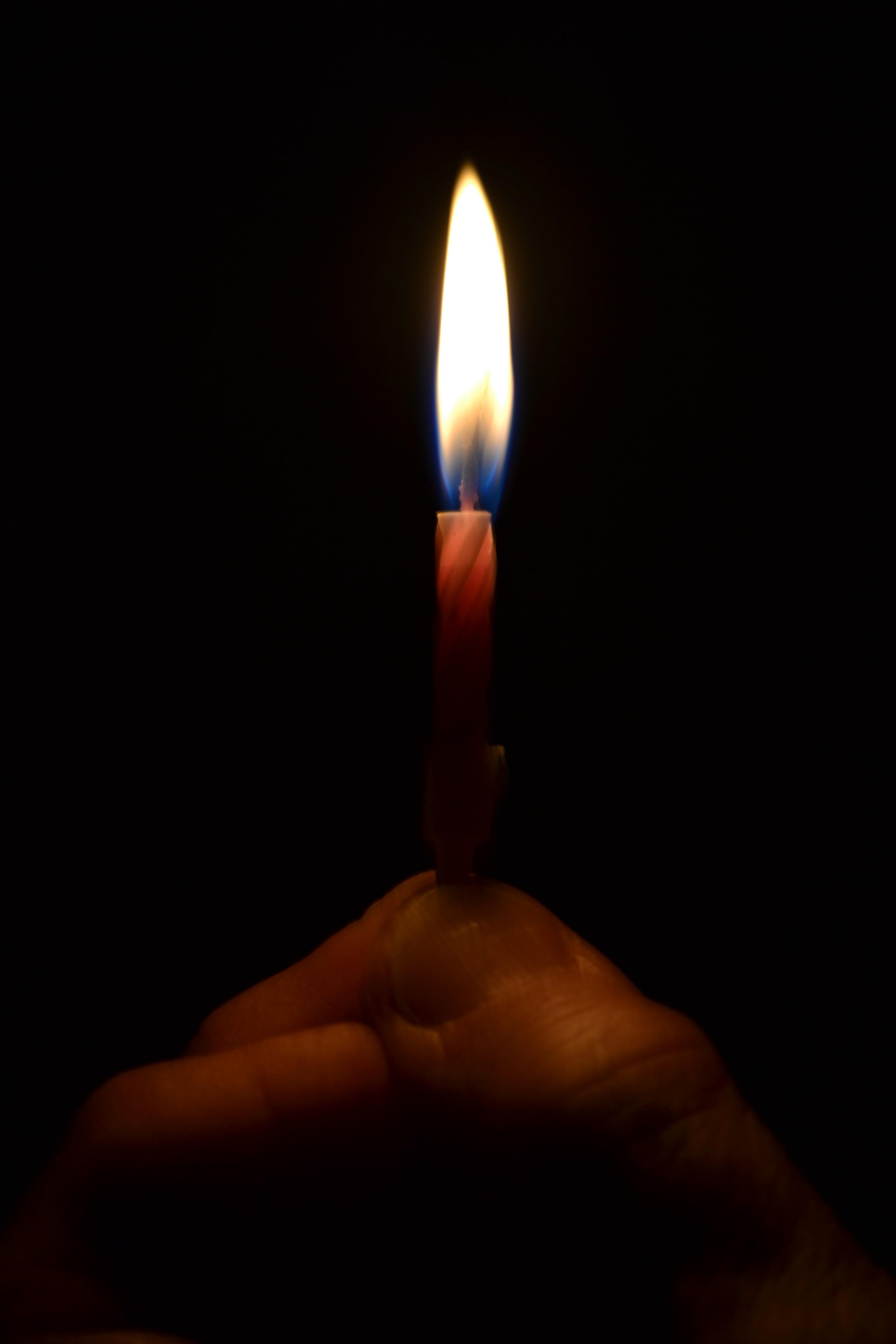 Gambar Tangan Cahaya Perayaan Api Kegelapan Penerangan Pesta Pertandingan Ulang Tahun Lilin Ulang Tahun 3072x4608 606958 Galeri Foto Pxhere