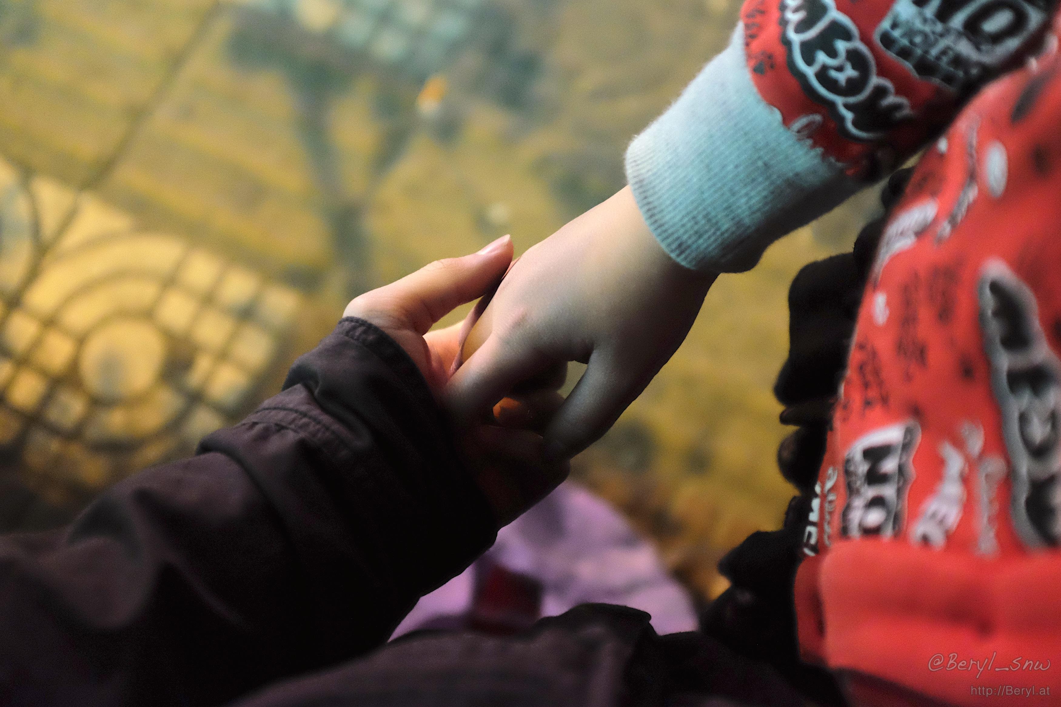 Gambar Pegangan Tangan Romantis Hitam Putih Nusagates