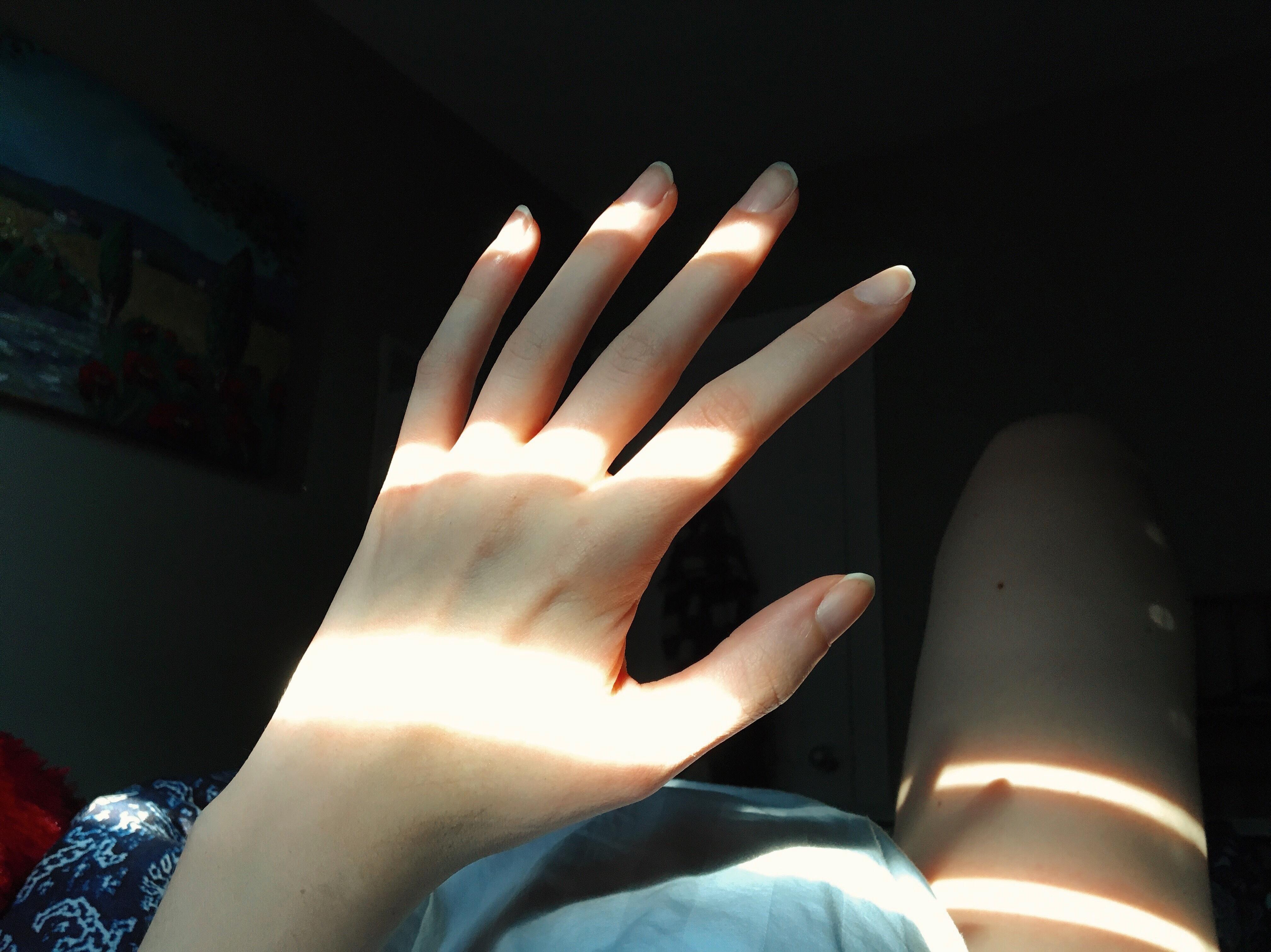 частное фото женской руки глазами под коротенький
