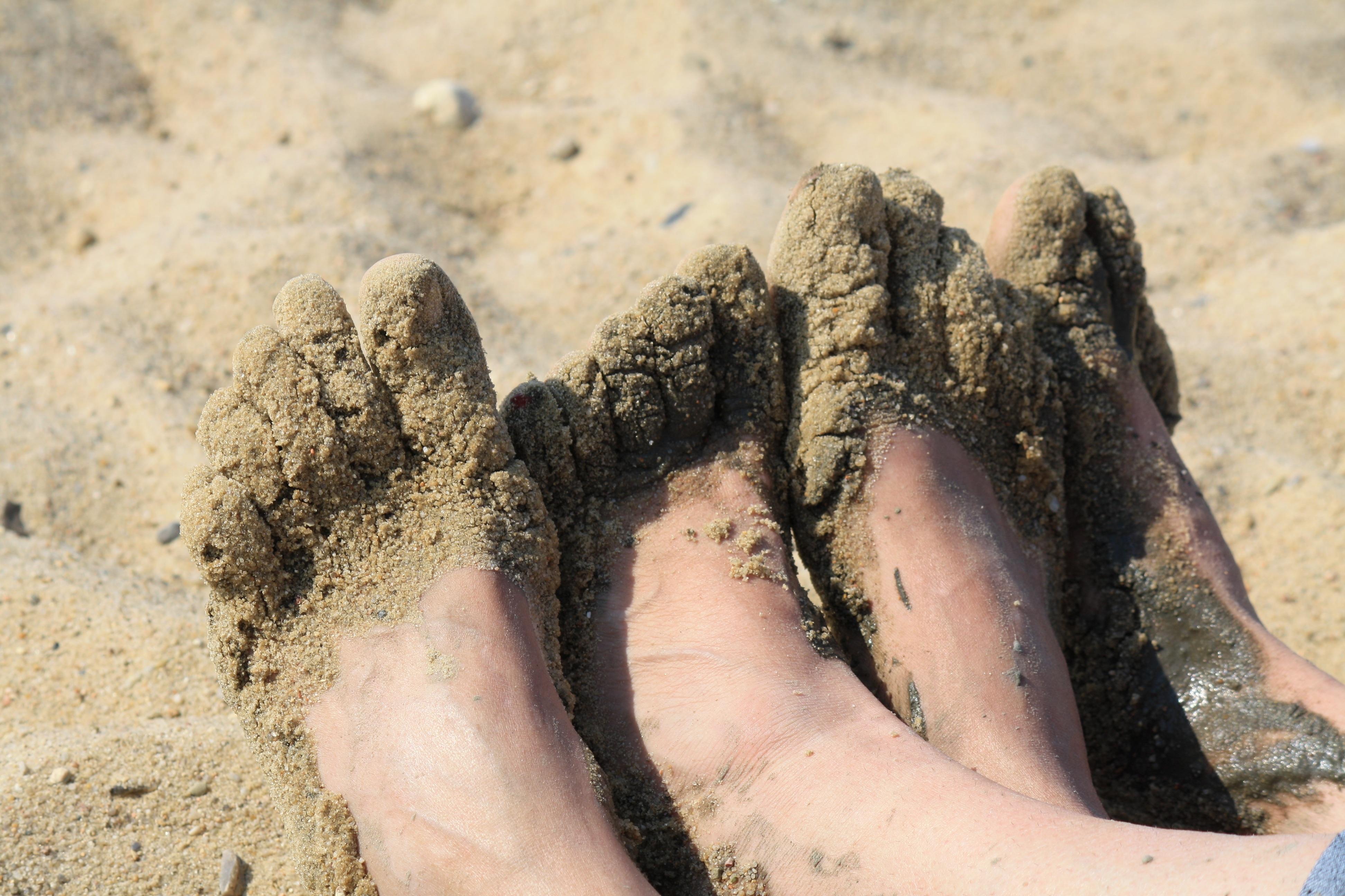 картинка ноги на песке