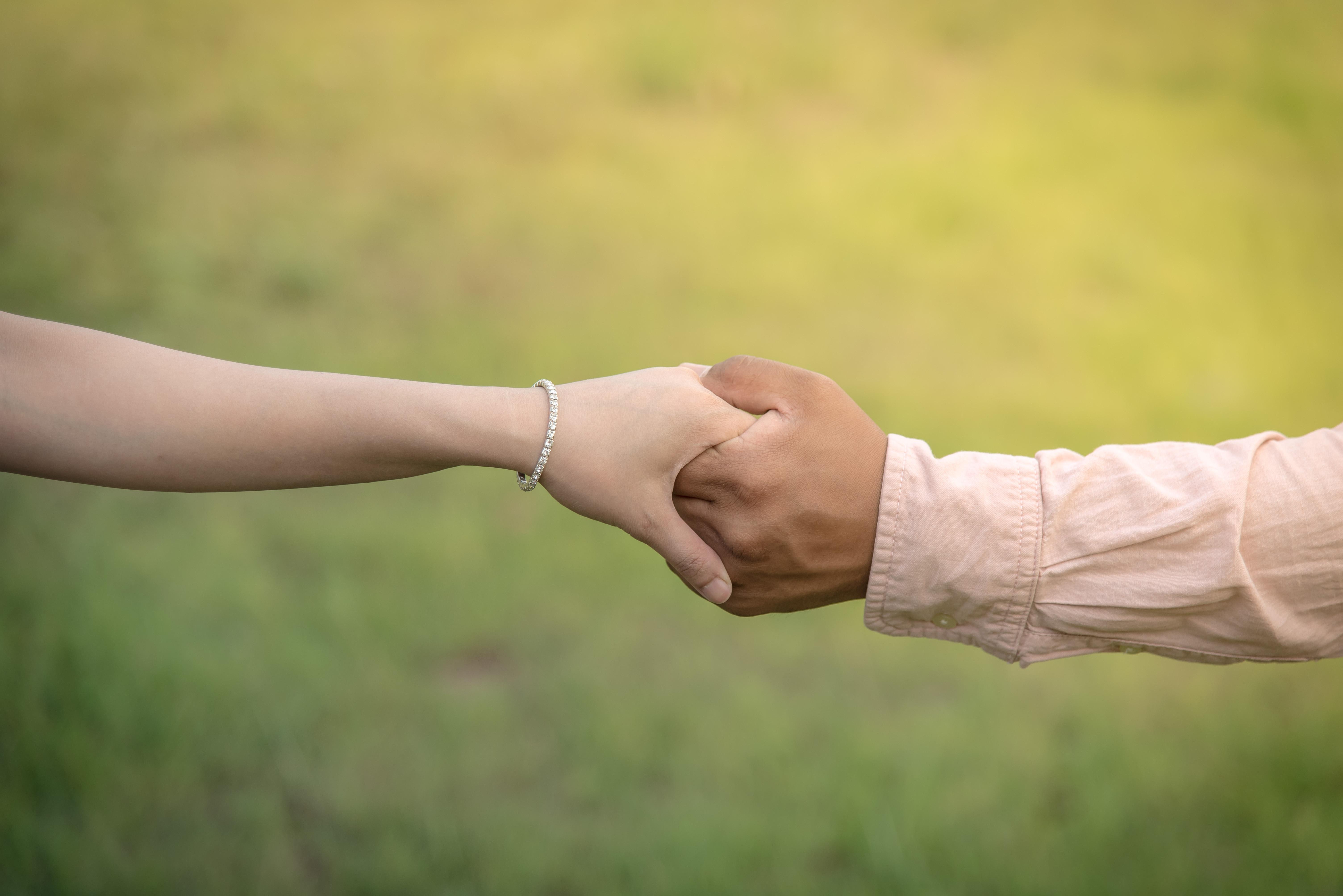 как фото мужских рук держащих женские руки лучшие