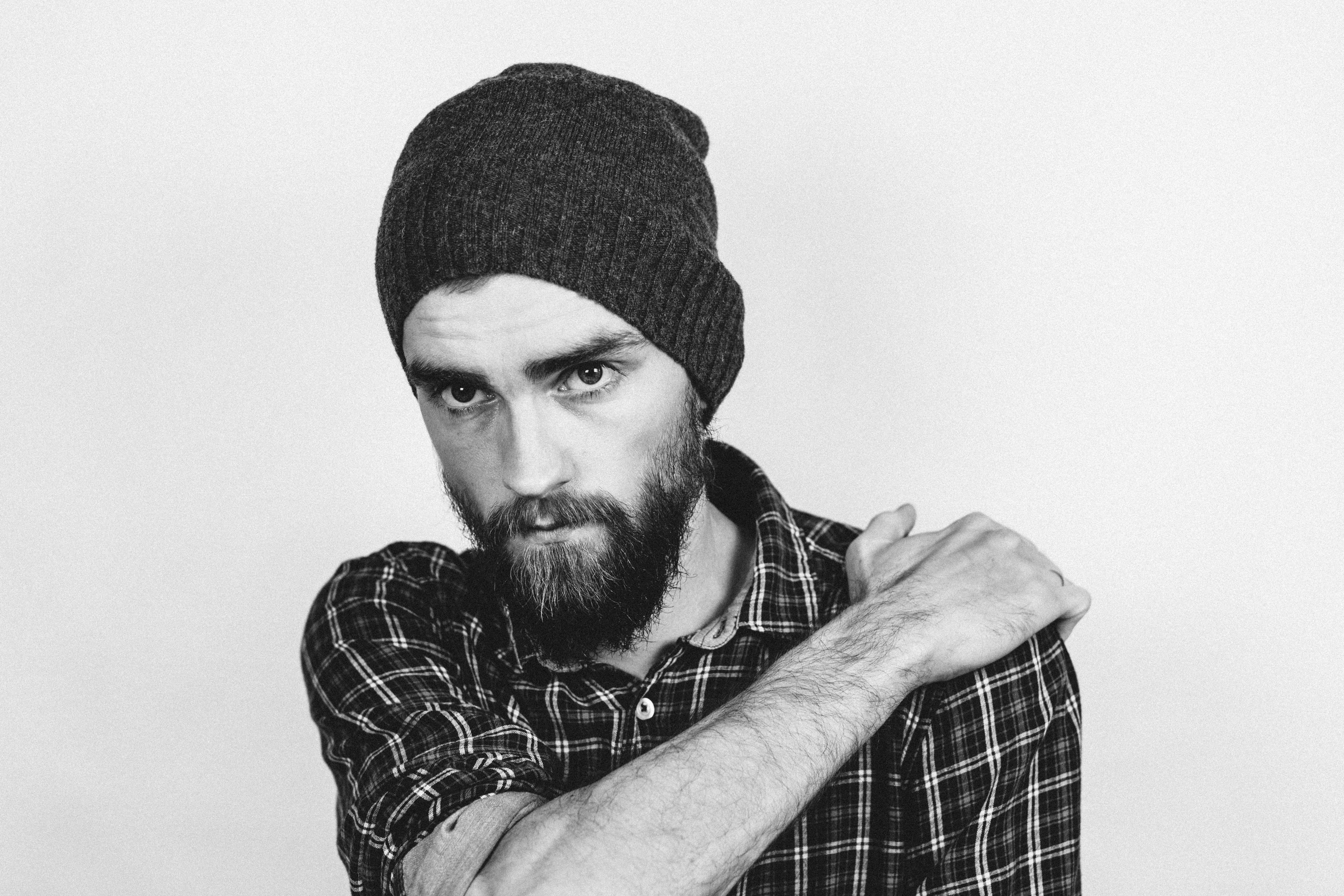 Fotos gratis : mano, hombre, persona, en blanco y negro, cabello ...