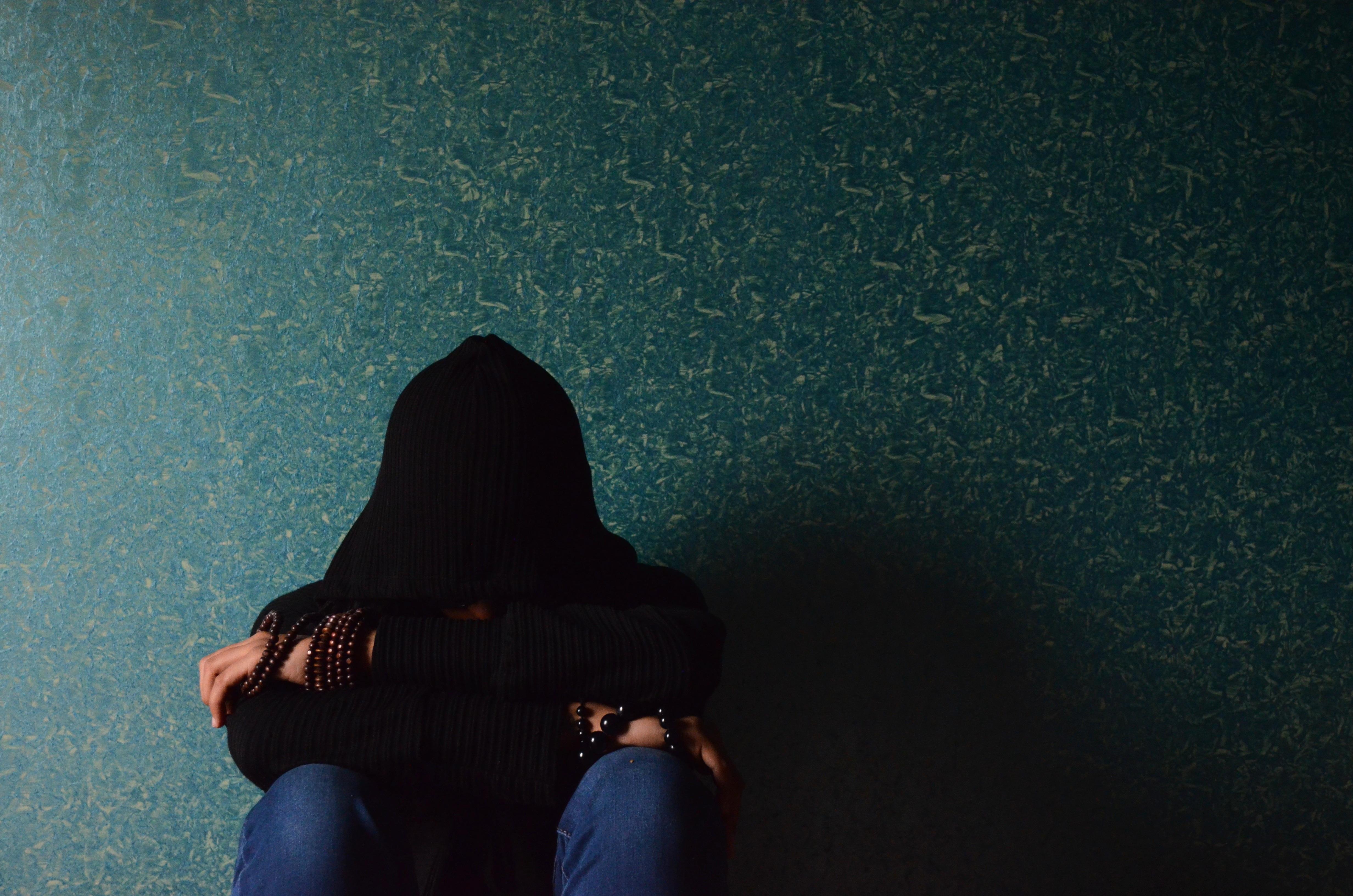 Gambar Tangan Manusia Bayangan Hitam Orang Cahaya Malam Pria Refleksi Warna Duduk Kegelapan Biru Tudung Sedih Emosional Kesedihan Menekankan Kesulitan Dewasa Depresi Tidak Bahagia Murung Cemas 4928x3264 952504 Galeri Foto