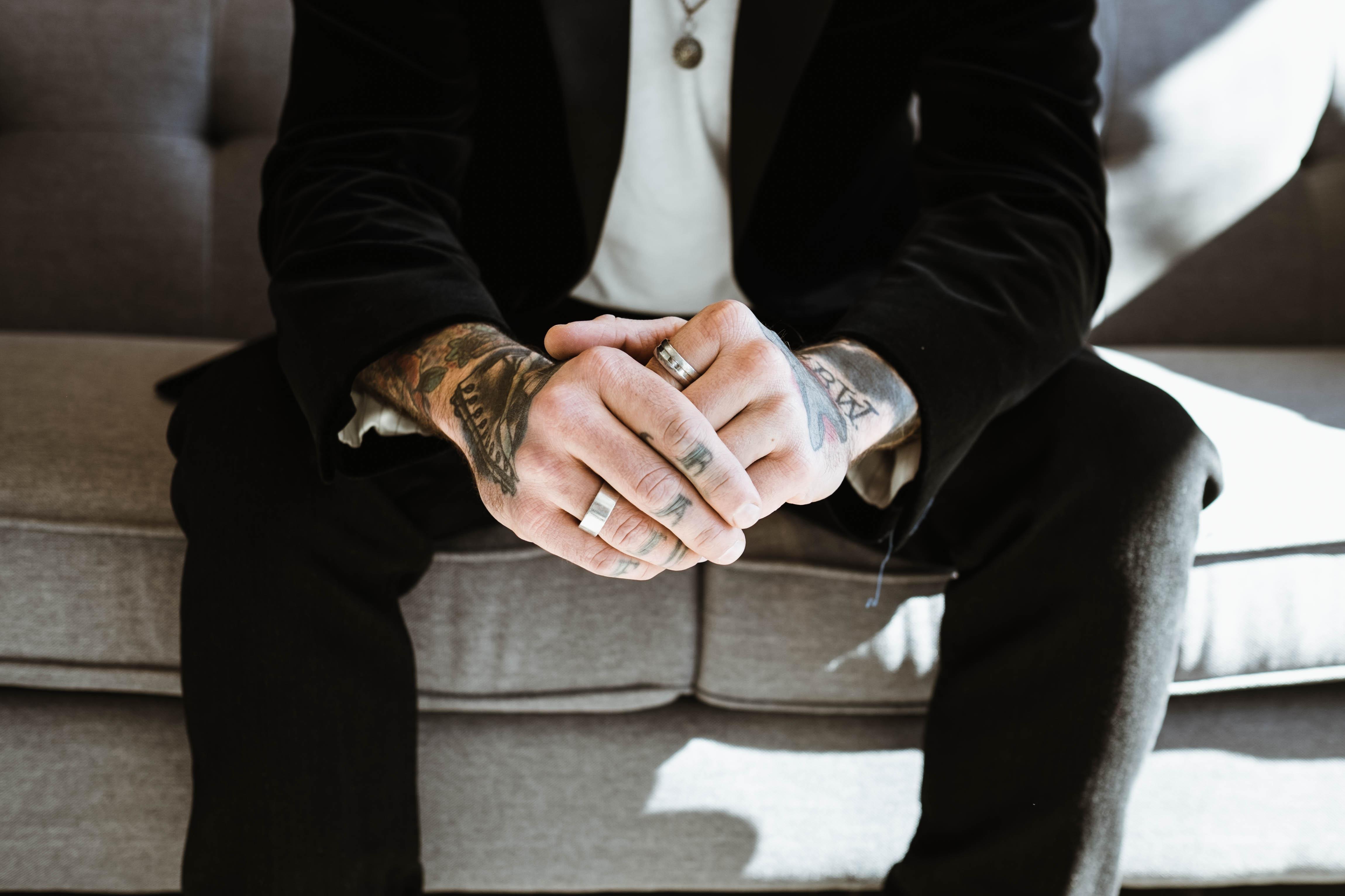 Fotos Gratis Mano Hombre Traje Masculino Dedo Tatuaje