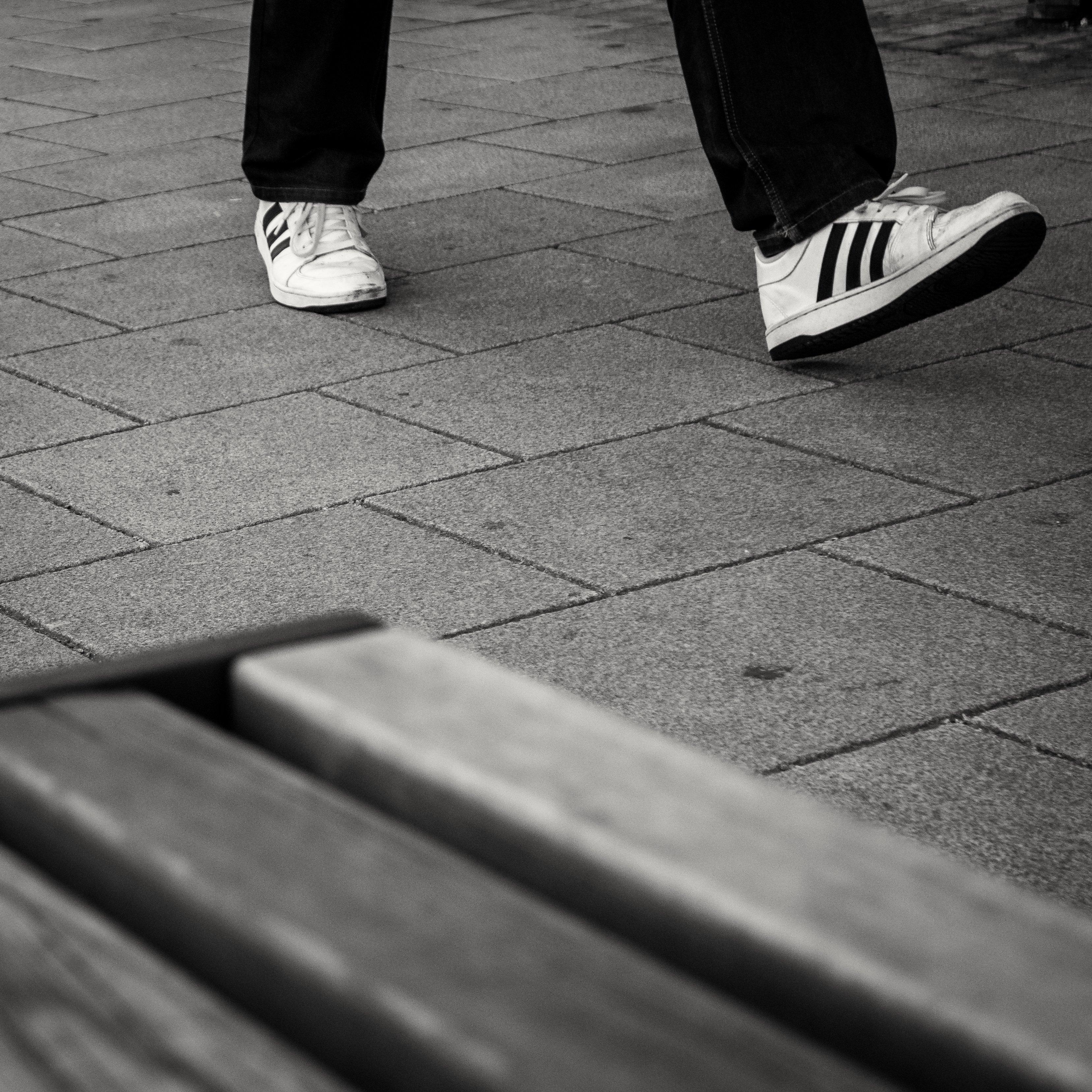 71 Koleksi Gambar Hitam Putih Orang Berjalan Gratis Terbaik