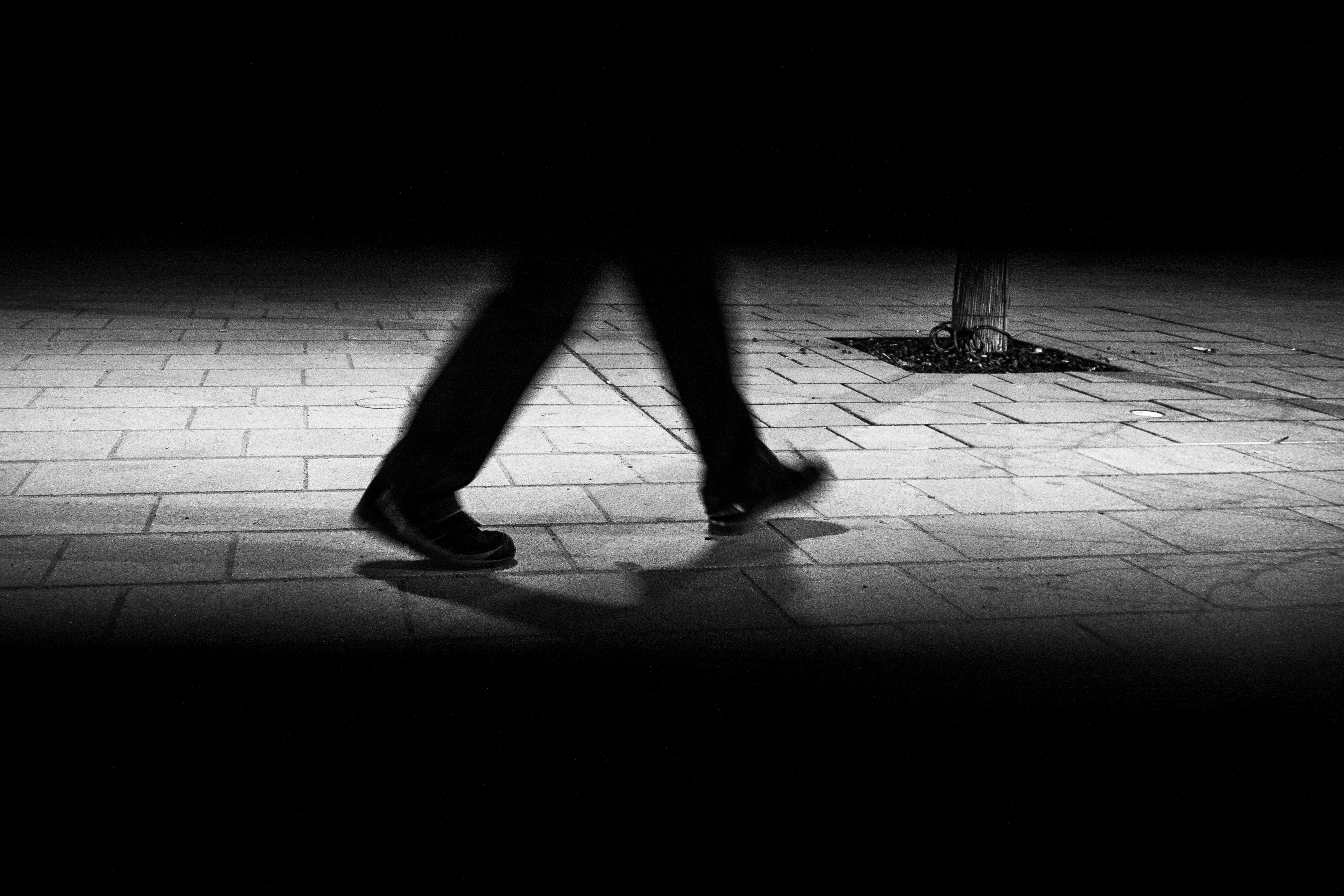 Kostenlose foto : Hand, Mann, Gehen, Licht, Schwarz und weiß ...