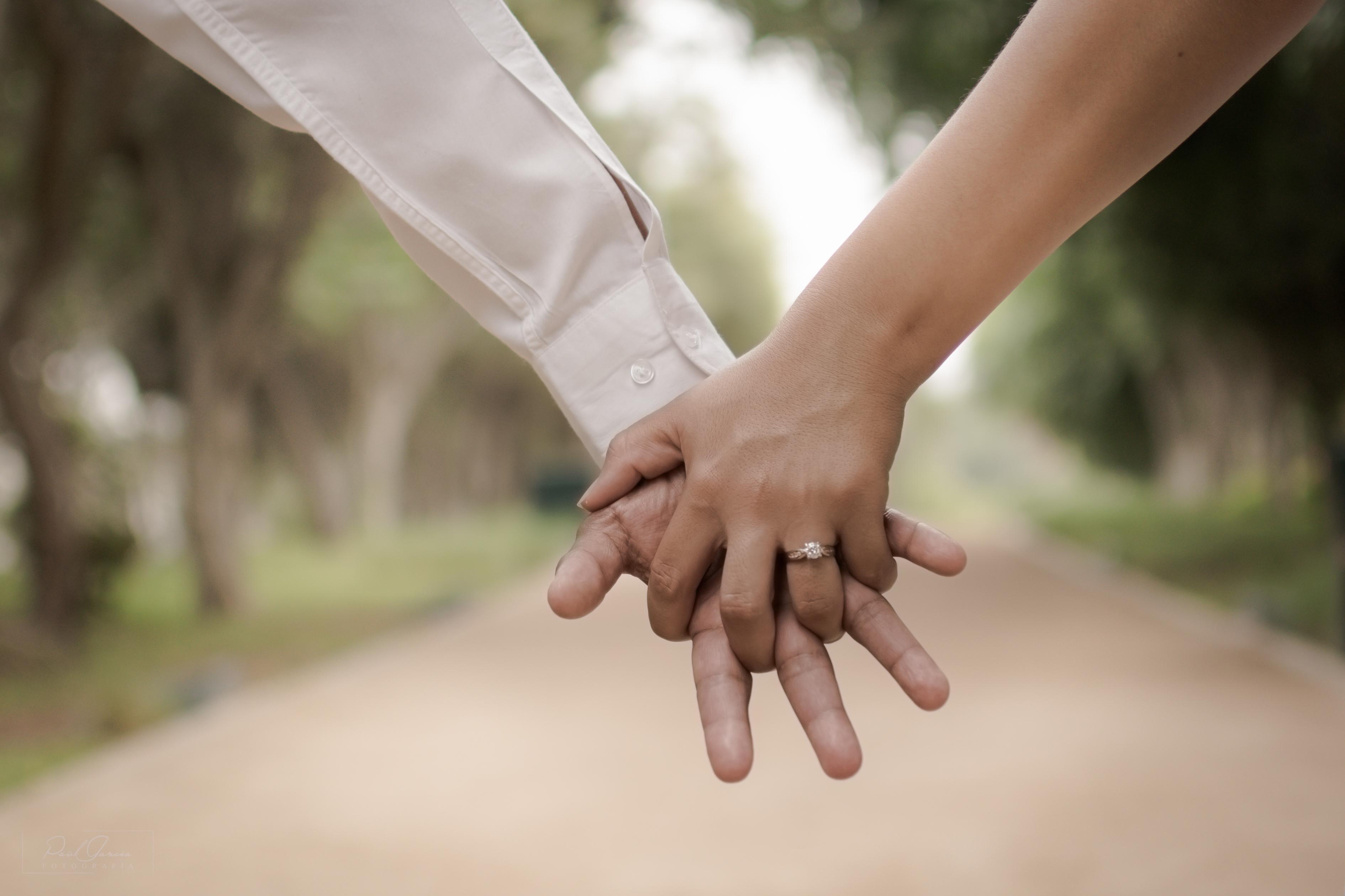 Картинка он и она держатся за руку